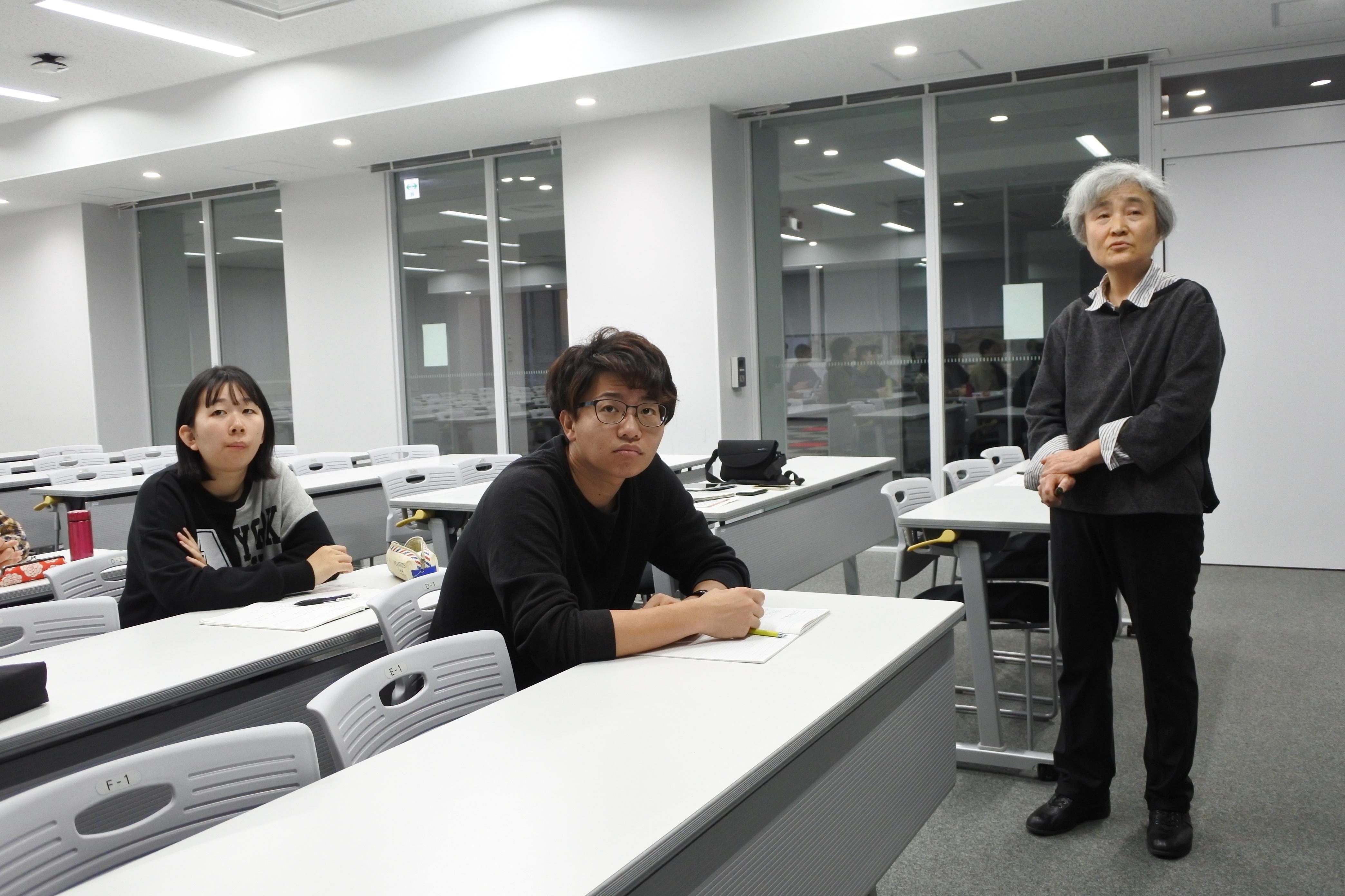 研究成果を発表する湯田坂特任教授(右)