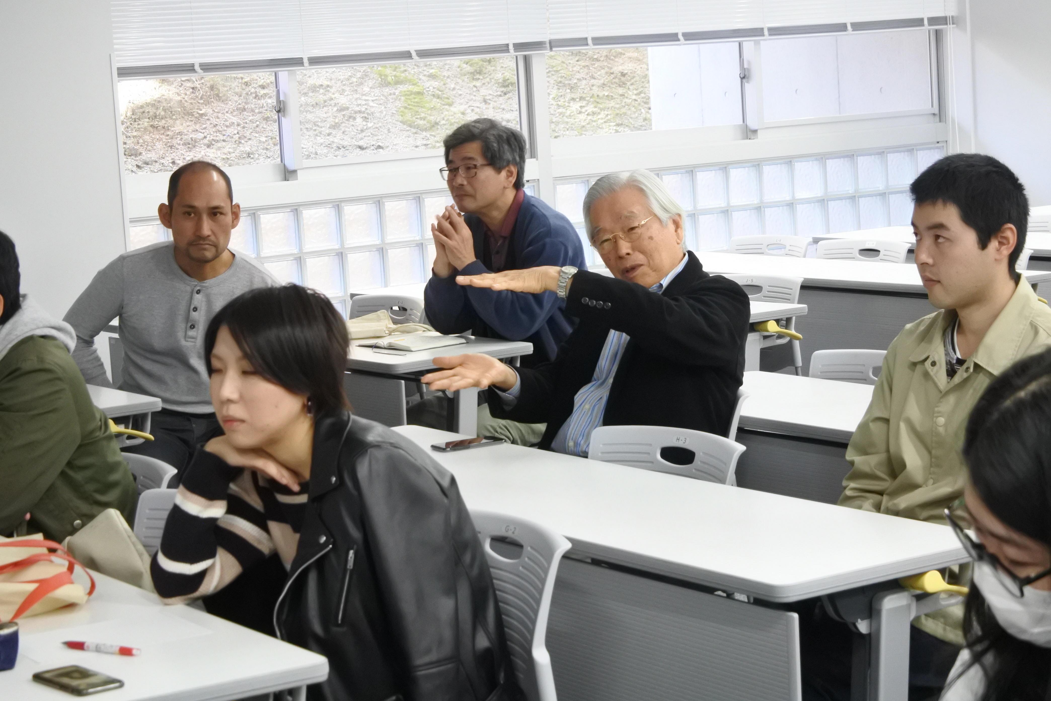 質問する飯島終身教授