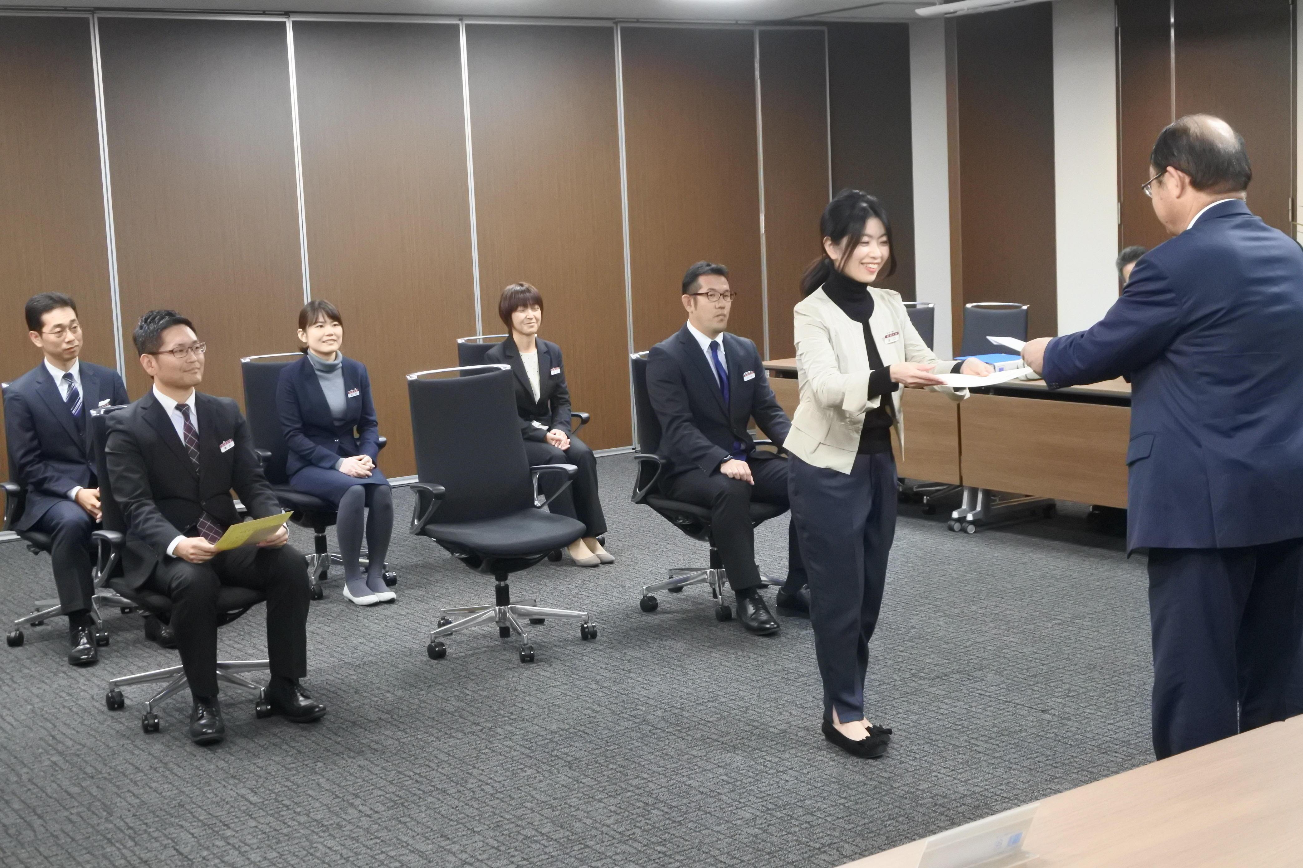 賞金を受け取る経済学部事務室の谷口多絵さん