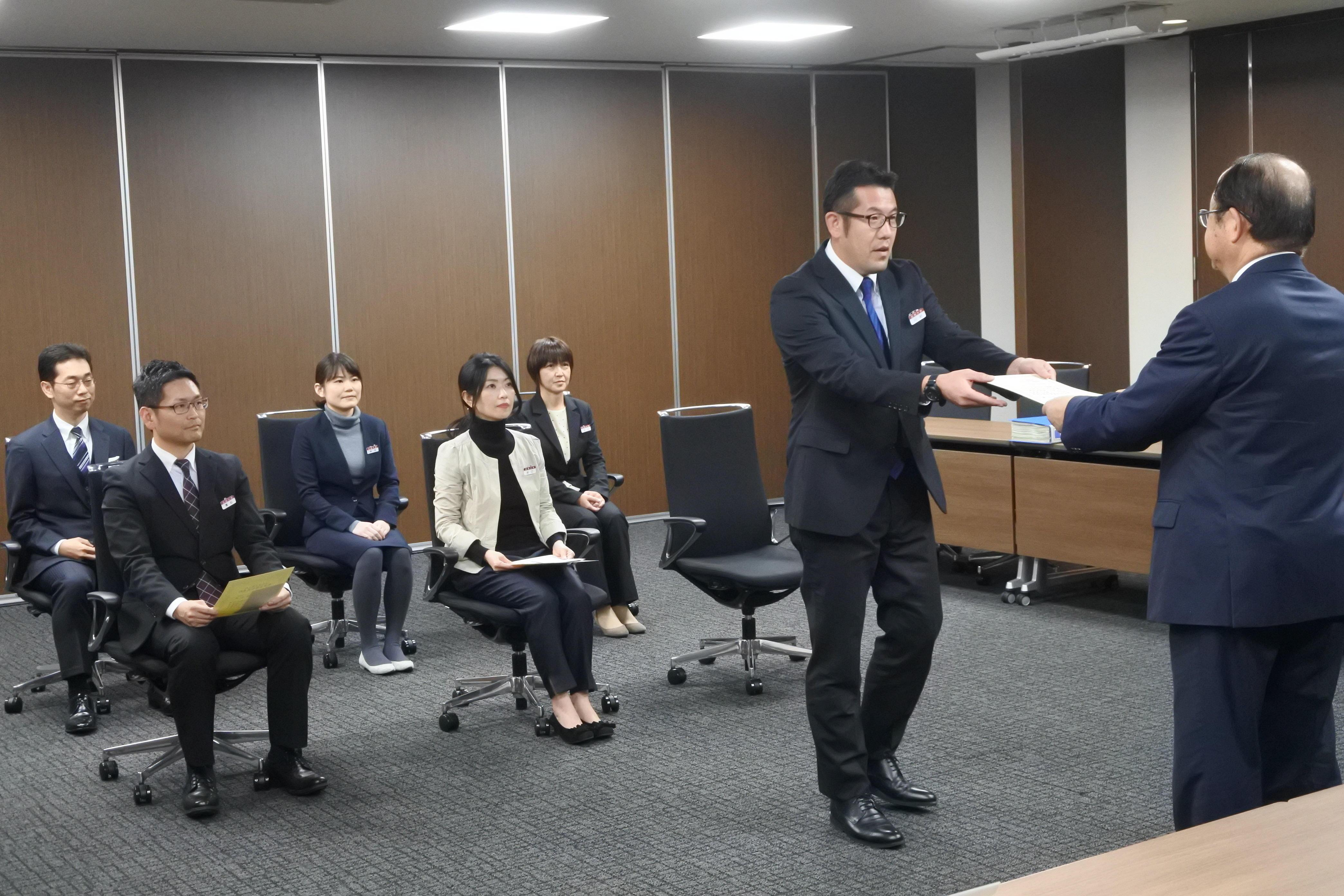 表彰状を受け取る施設部の川村信一さん