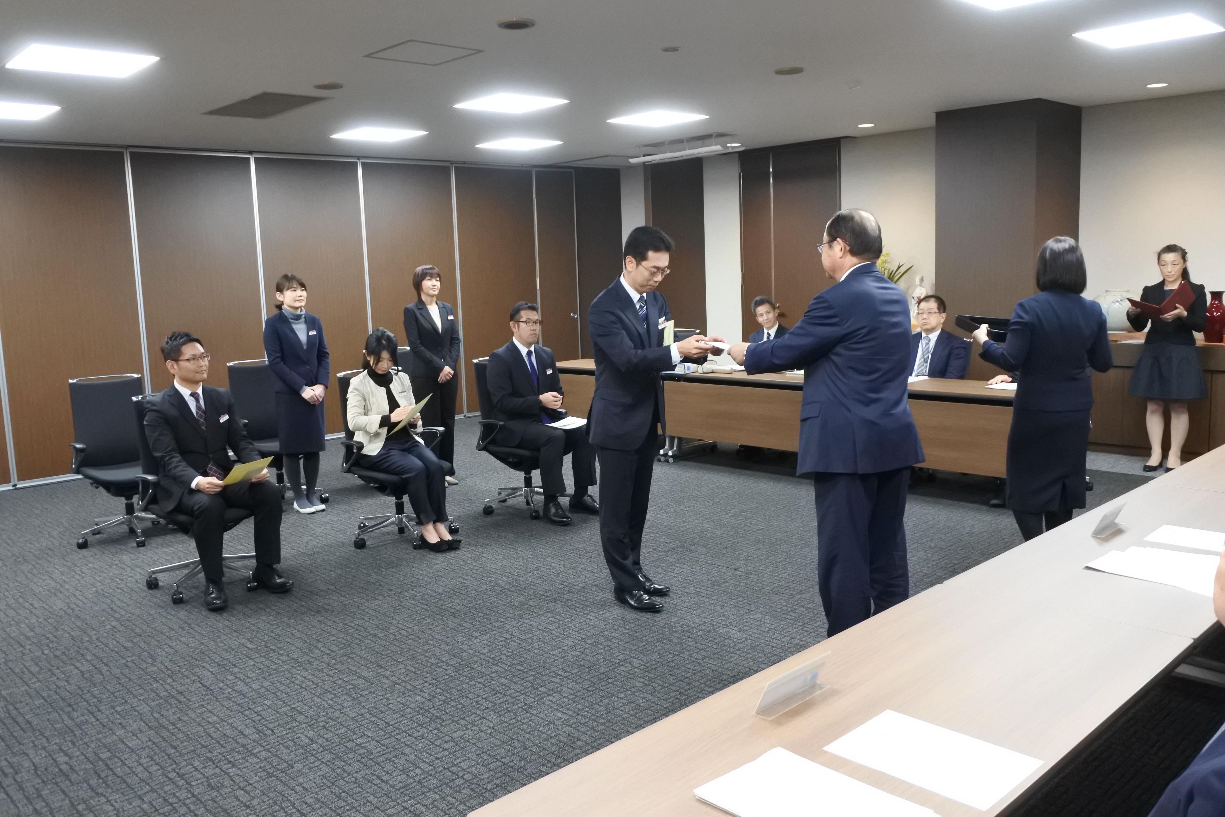 賞金を受け取る学術研究支援センターの安田健一さん