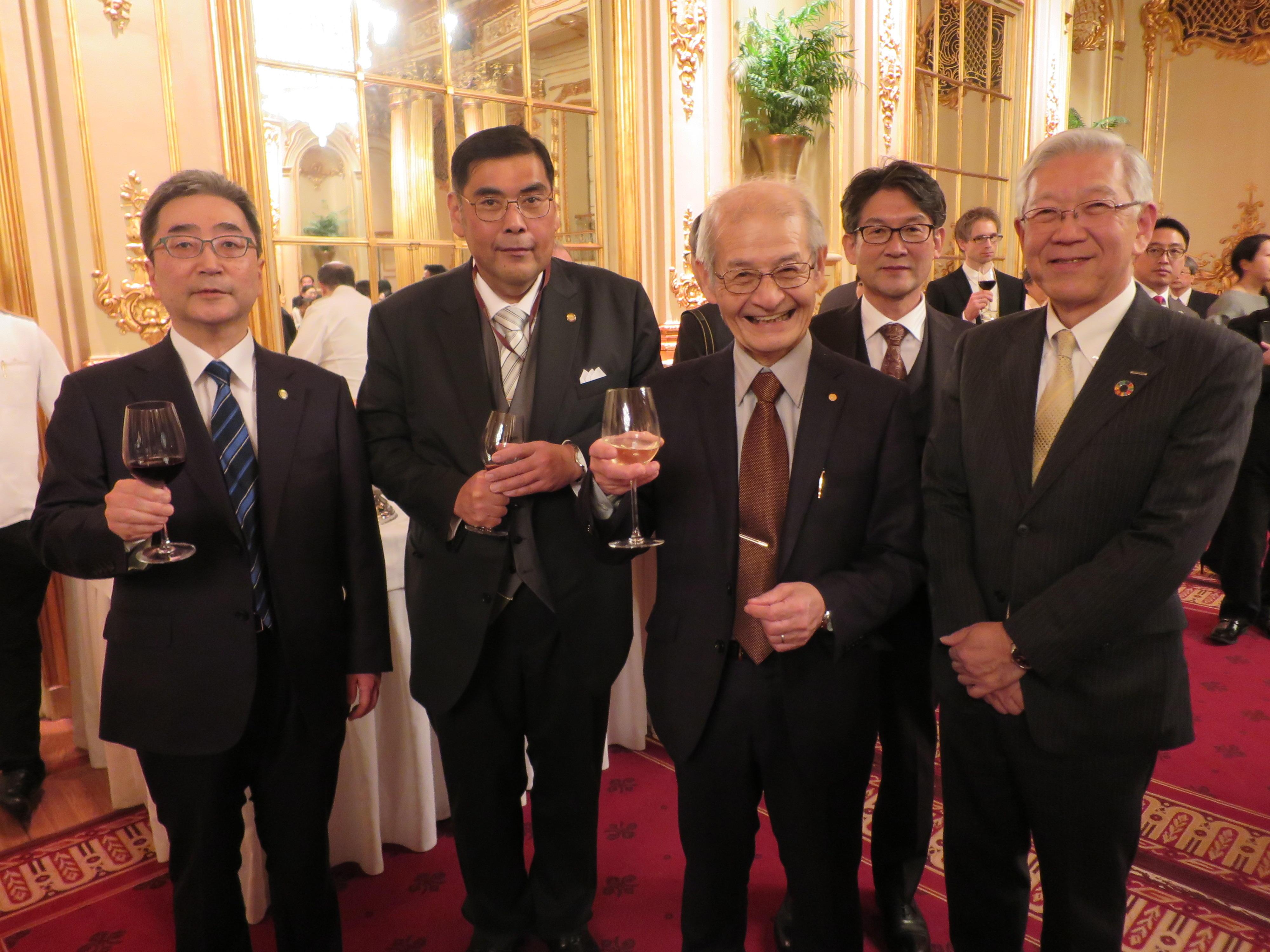 日本大使館主催のレセプションで、小原章裕名城大学学長(左から2人目)や小堀秀毅旭化成株式会社代表取締役社長(右端)と一緒に記念撮影