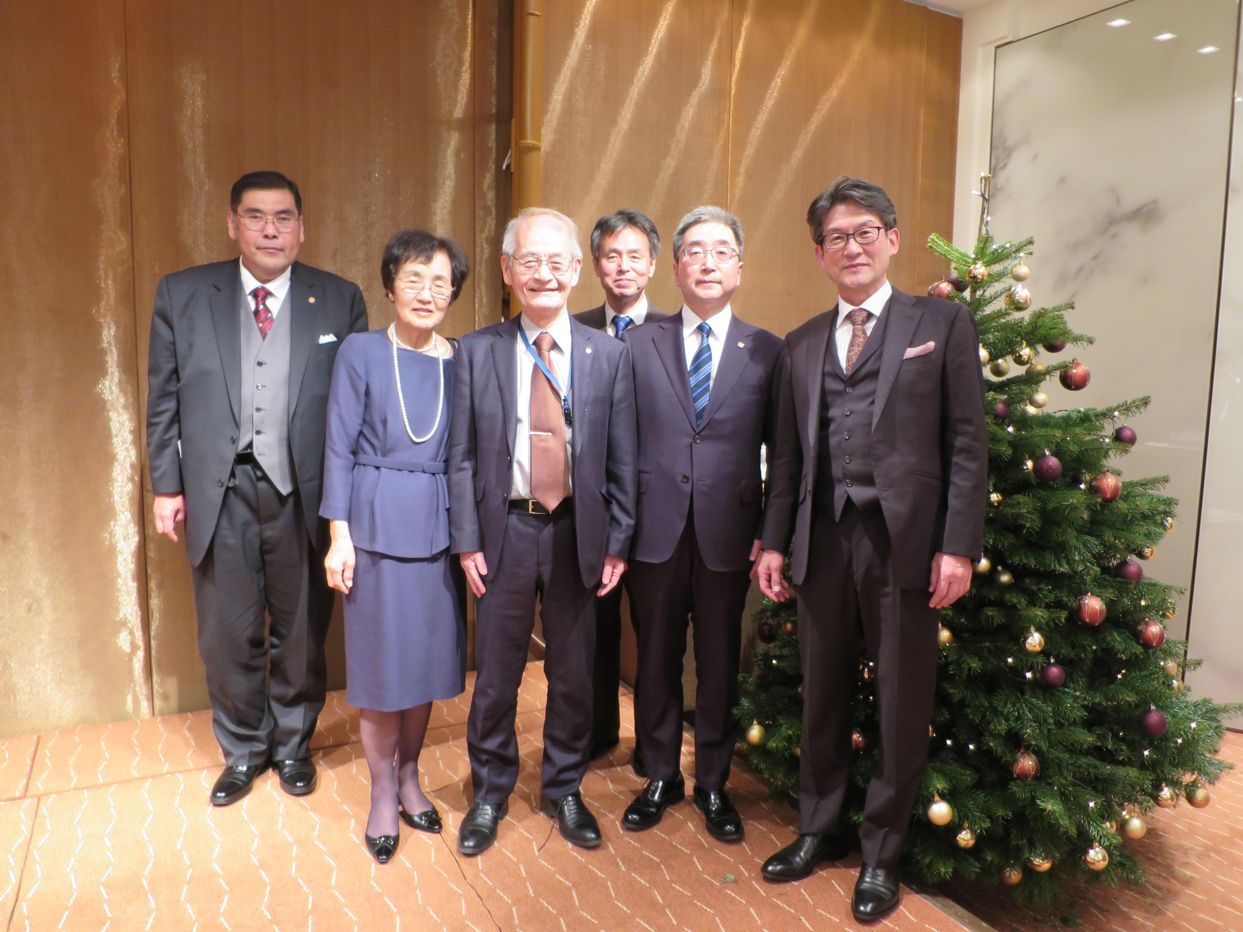 12月8日の会食を終え、小原章裕学長ら名城大学の一行と写真に納まる吉野教授と久美子夫人