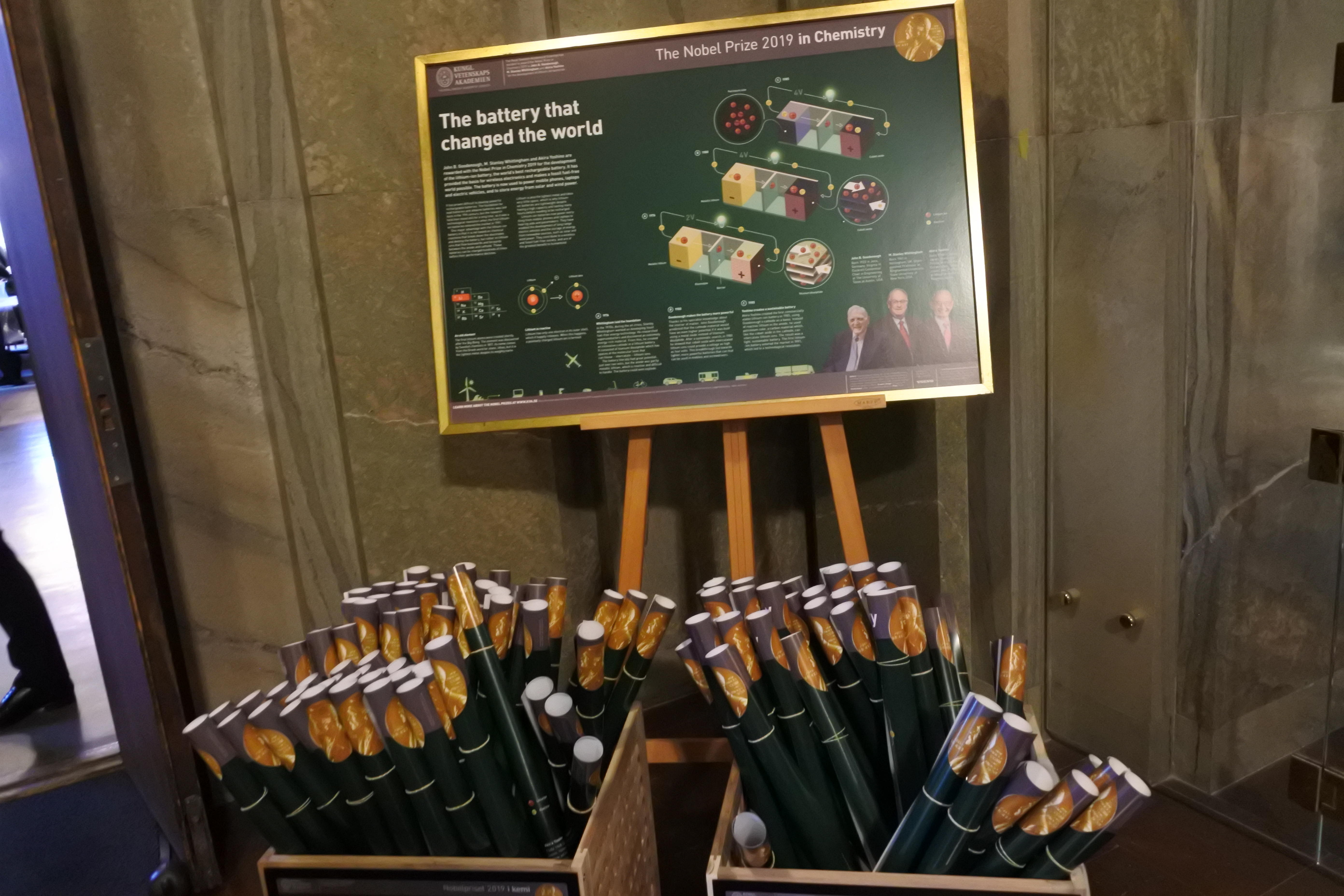 スウェーデン王立科学アカデミーに掲げられた吉野教授らの受賞概要のポスター