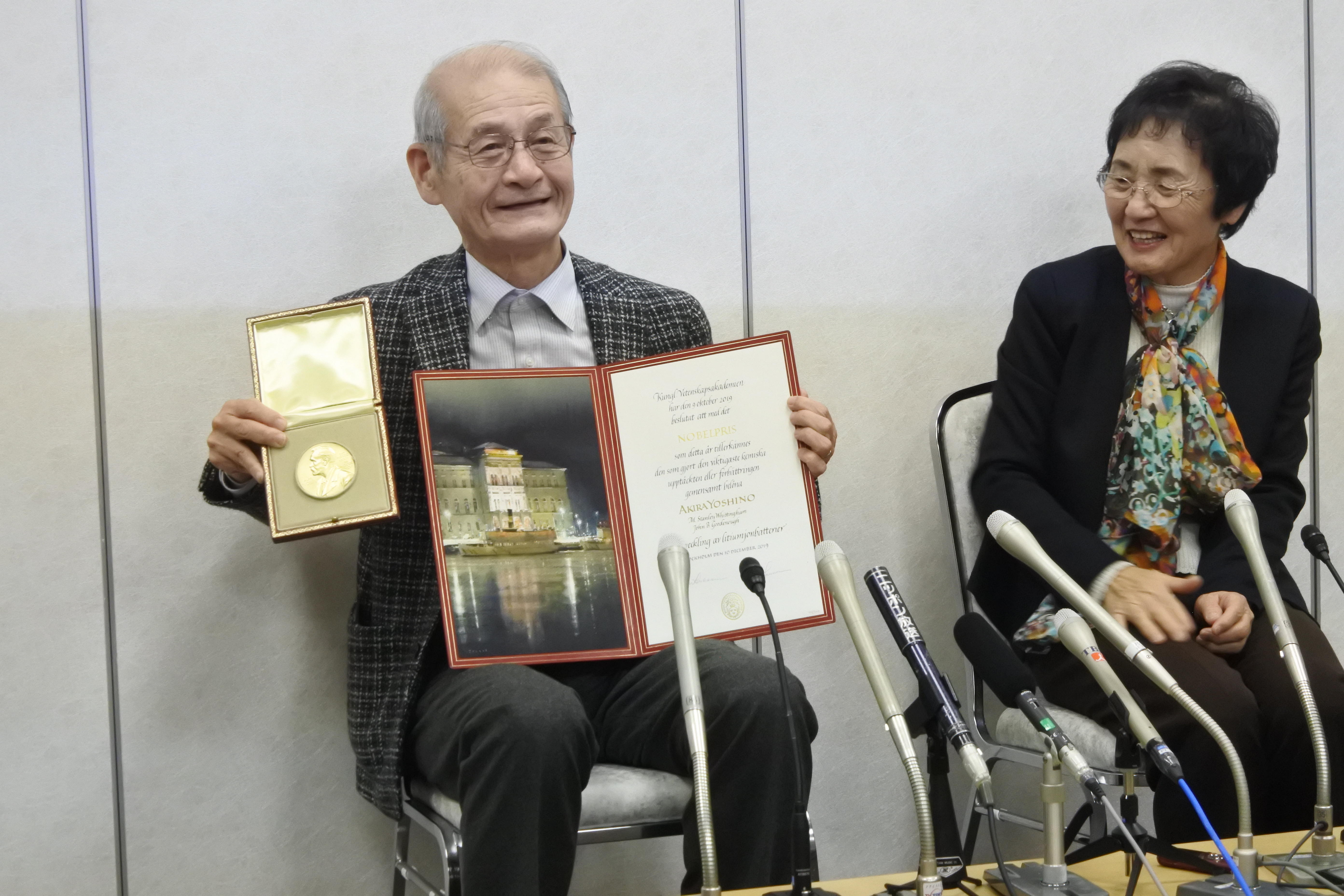 メダルと賞状を披露する吉野教授(左)と久美子夫人 ©®The Nobel Foundation