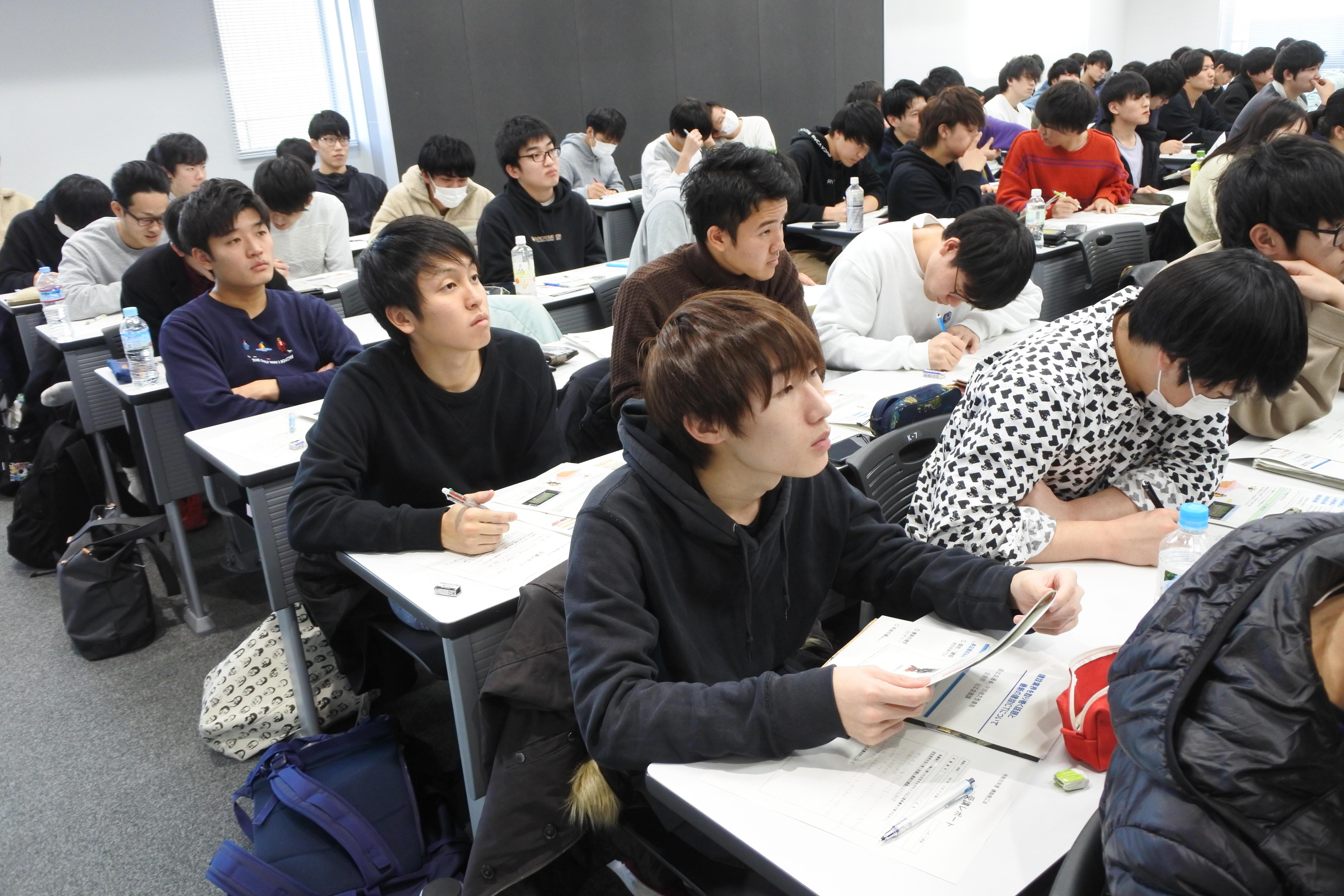 ICTの導入で建設現場の仕事が変わる実例に聞き入る学生たち
