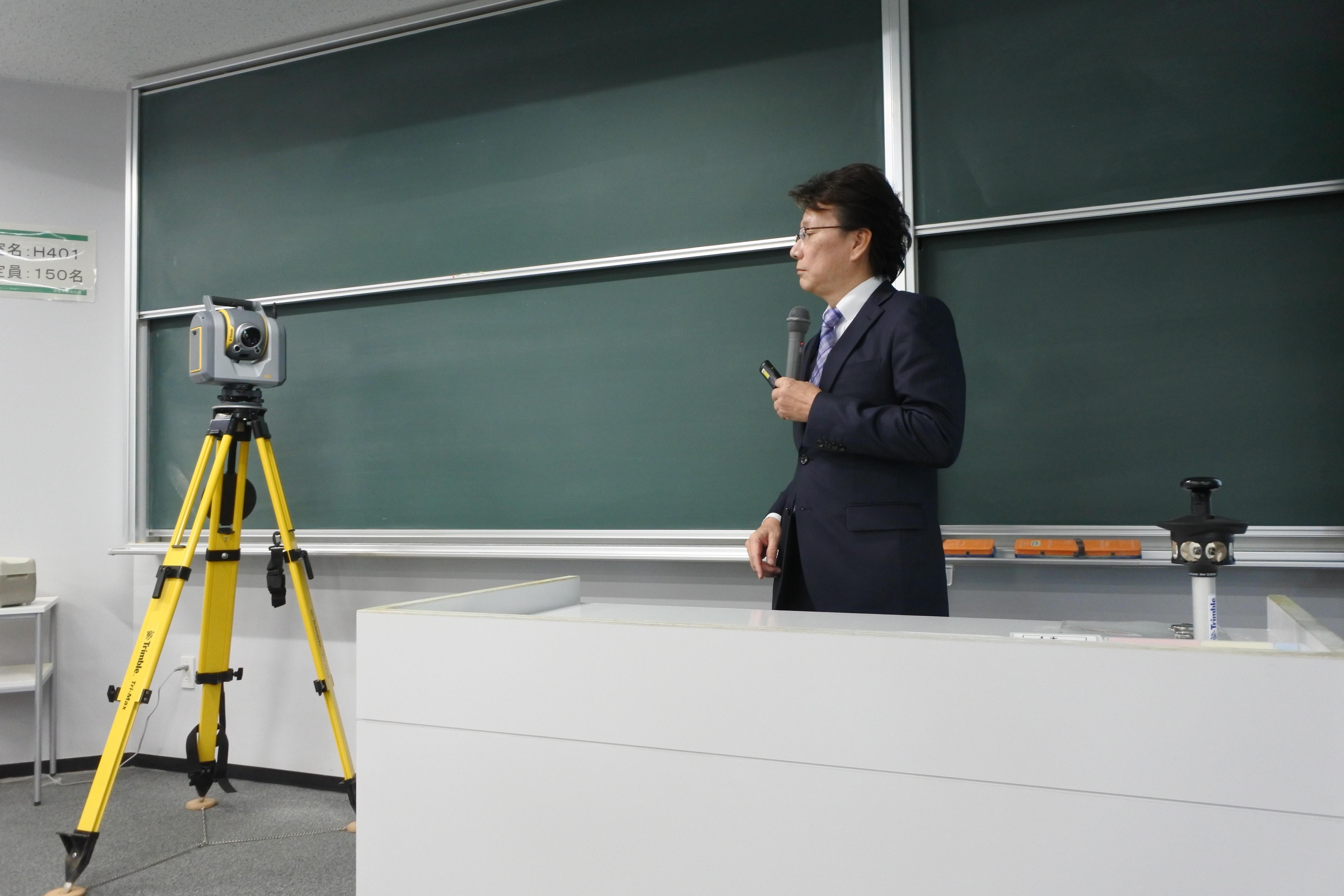レーザースキャナー(左)の効用を説明する鈴木勇治トレーニングスペシャリスト