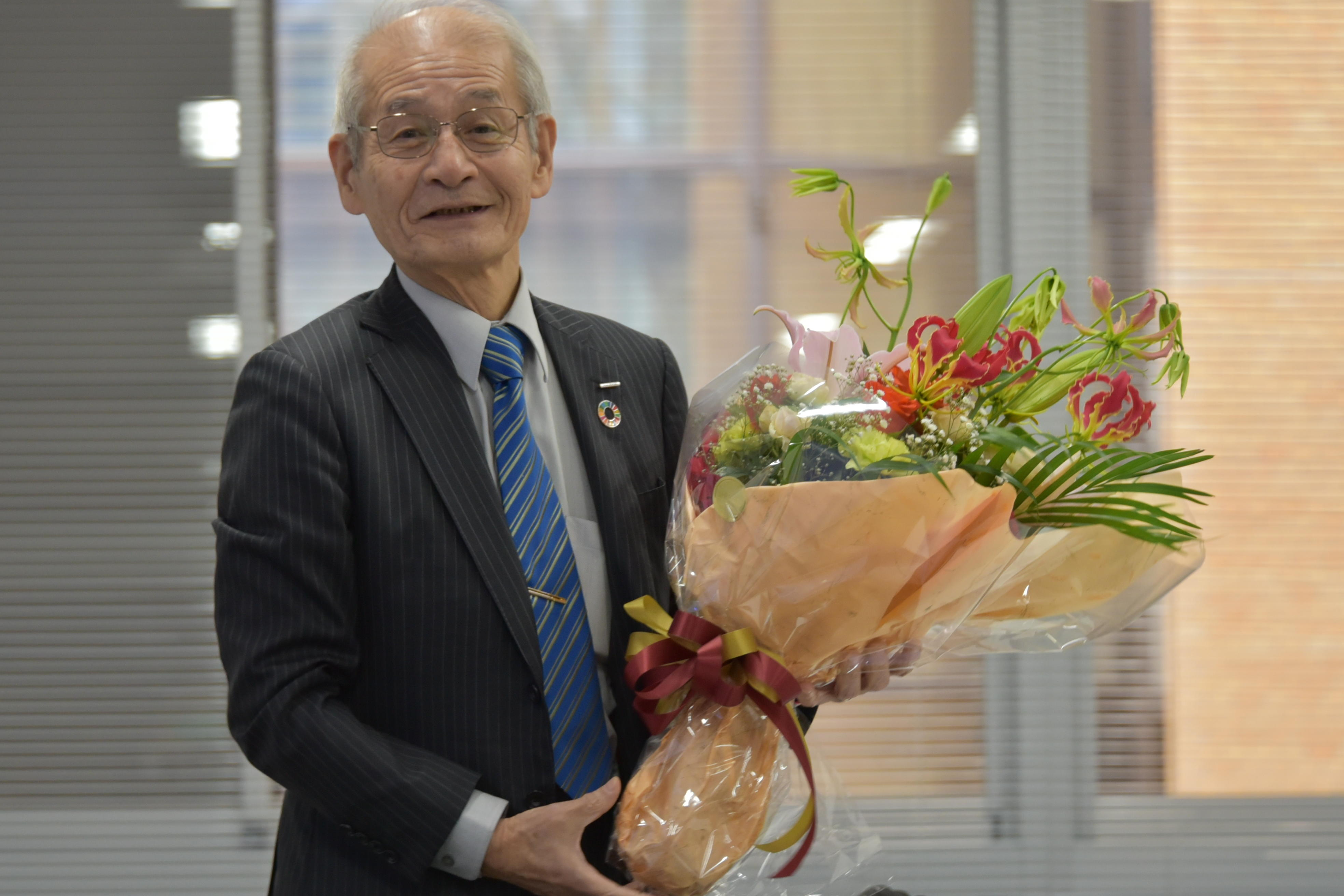 花束を手にする吉野教授