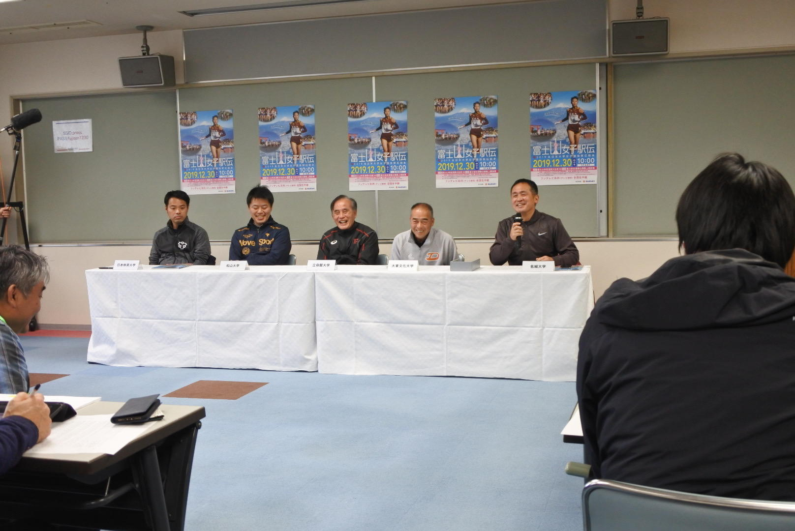 プレスインタビューでレースのポイントを語る米田監督(右端)