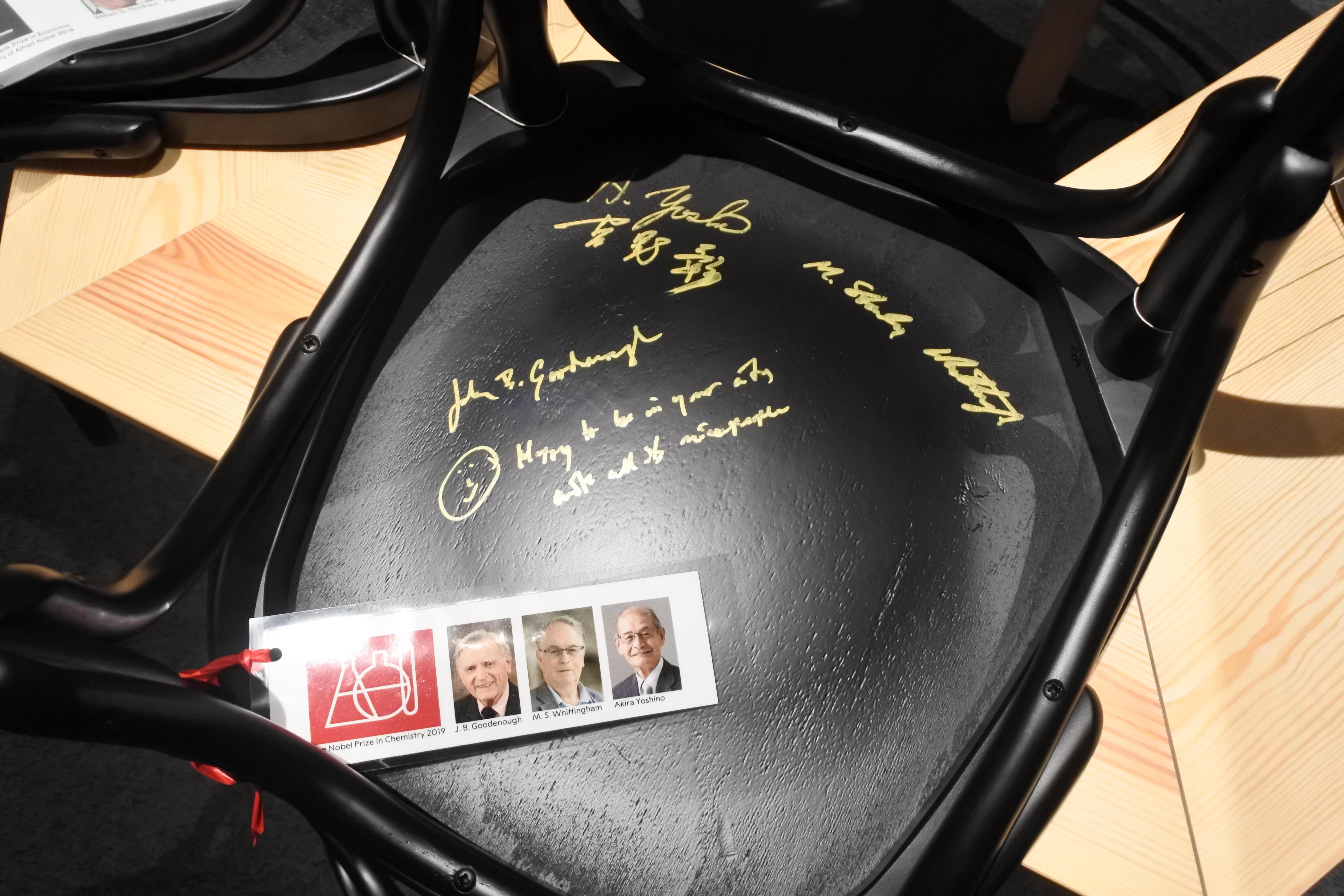 ノーベル博物館にあるサイン入りの椅子。吉野教授のサインは左上