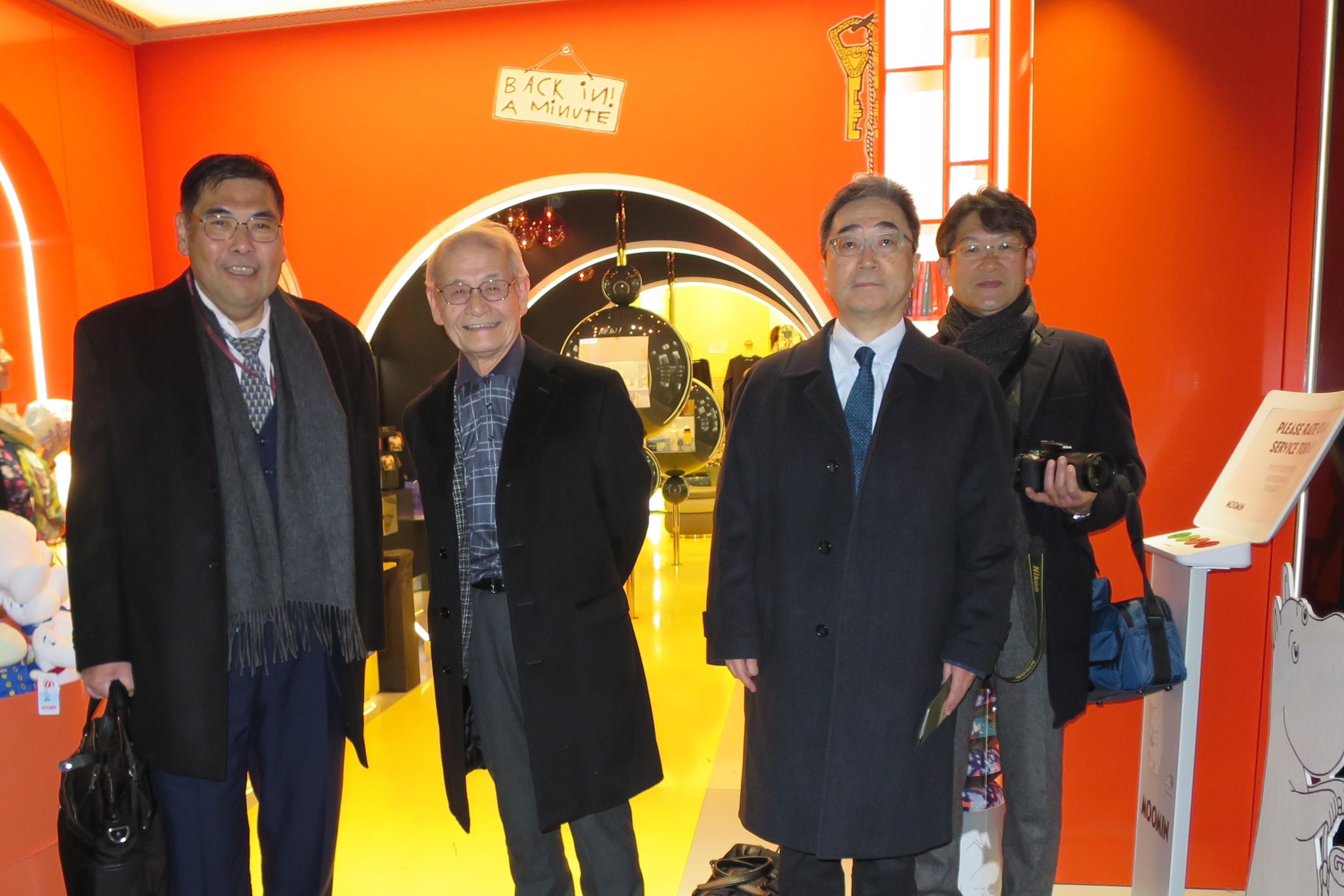成田空港からストックホルムに向かう乗り継ぎのヘルシンキ空港で(左から)小原章裕学長、吉野彰教授、磯前秀二教授、矢野幾也副経営本部長