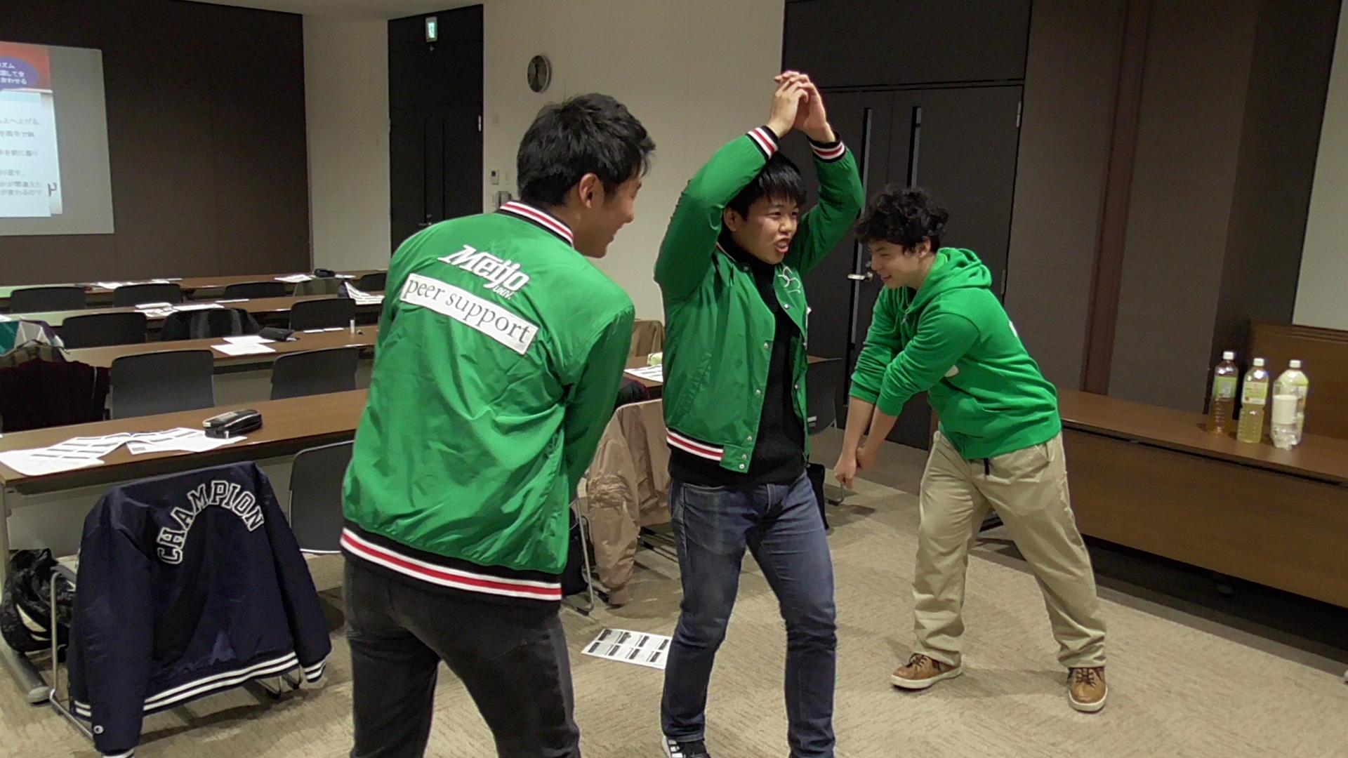インプロゲーム「侍」を説明する学生協力員