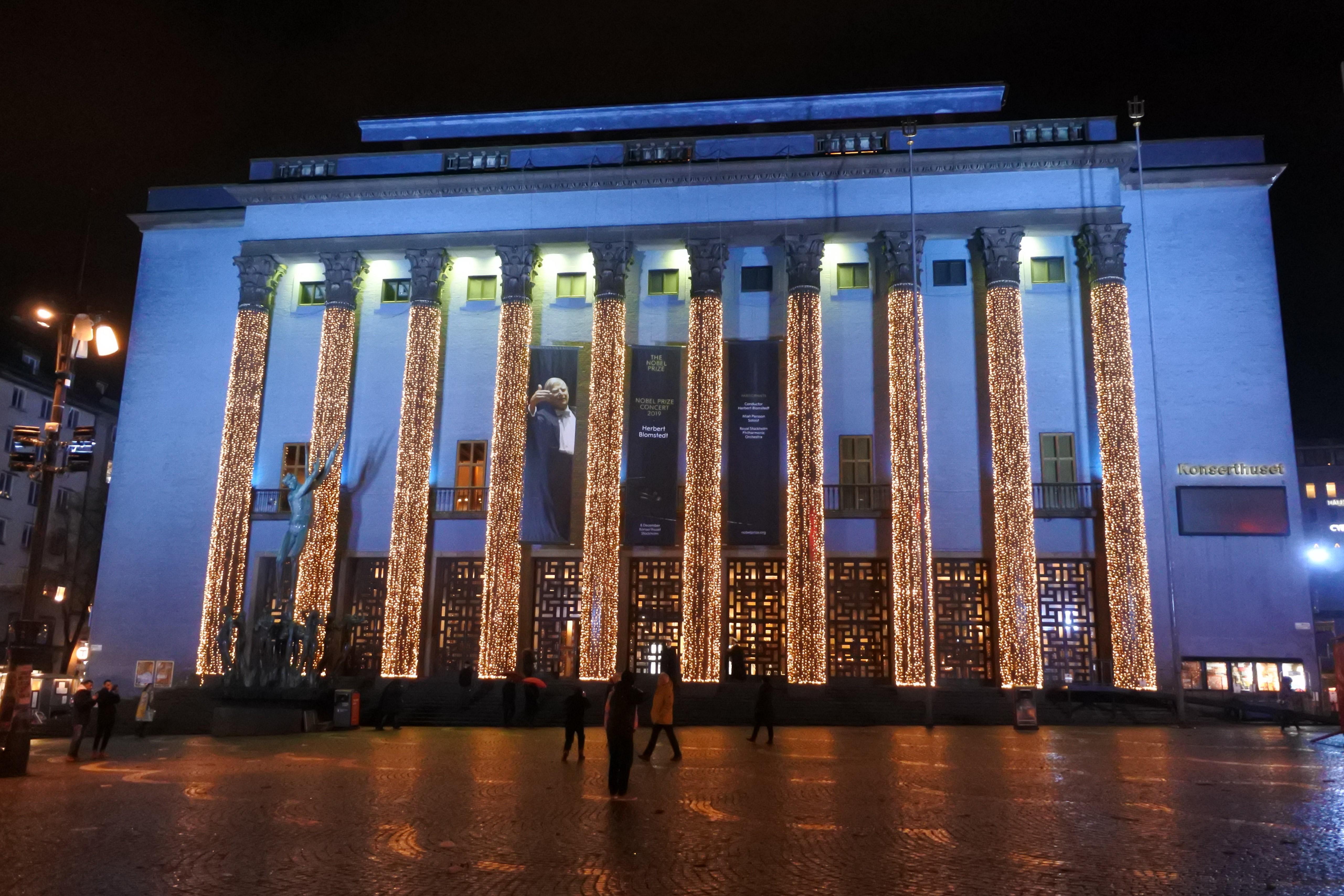 ノーベルコンサートが開かれたコンサートホール。正面の柱には電飾が施されている