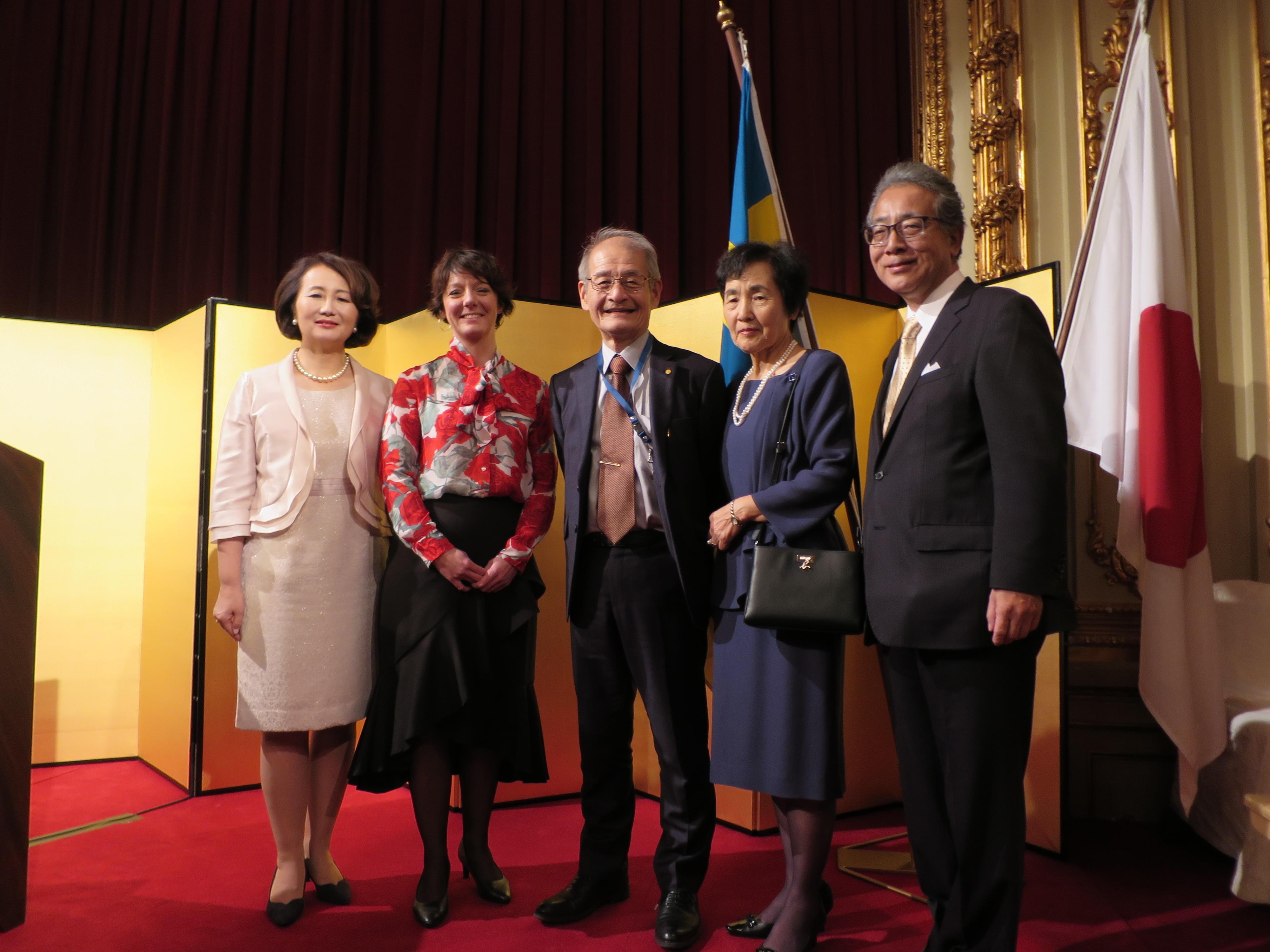 廣木大使やスウェーデンの大臣らと記念写真に納まる吉野教授(中央)と久美子夫人(右から2人目)