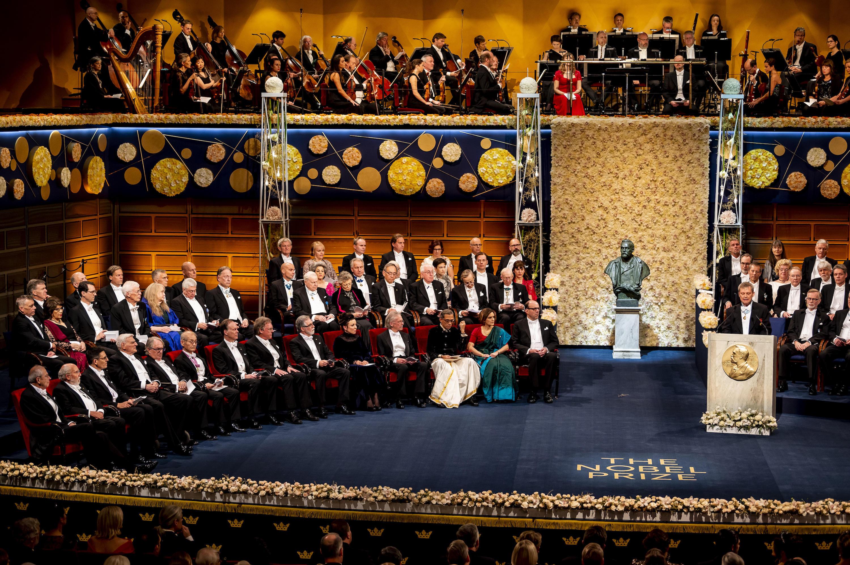 授賞式に出席する吉野教授(前列、左から6人目)Copyright © Nobel Media. Photo: Nanaka Adachi.