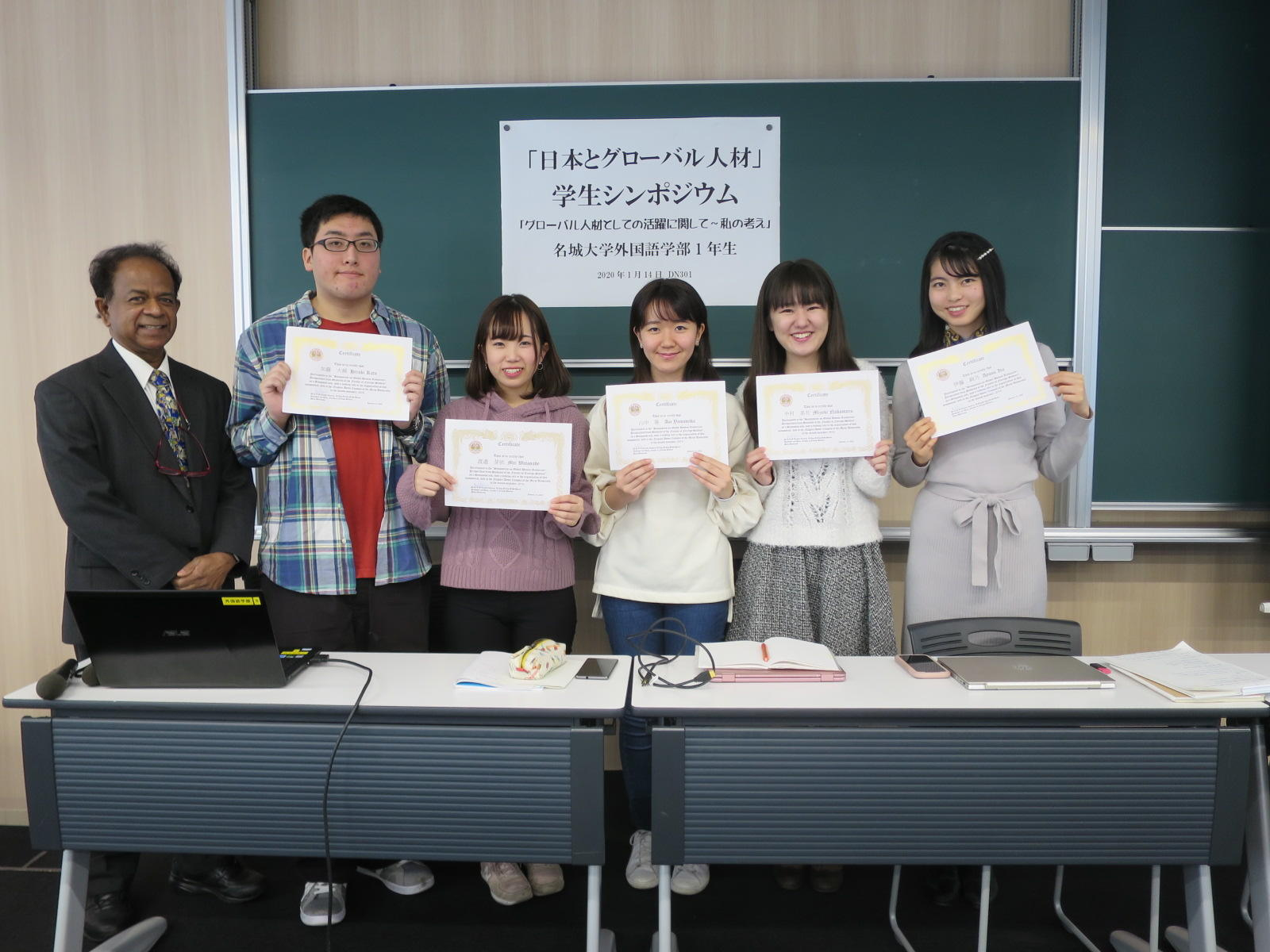 クマーラ教授(左端)からもらった賞状を手に記念写真に納まる(右端から)伊藤さん、中村さん、山中さん、渡邉さん、加藤さん