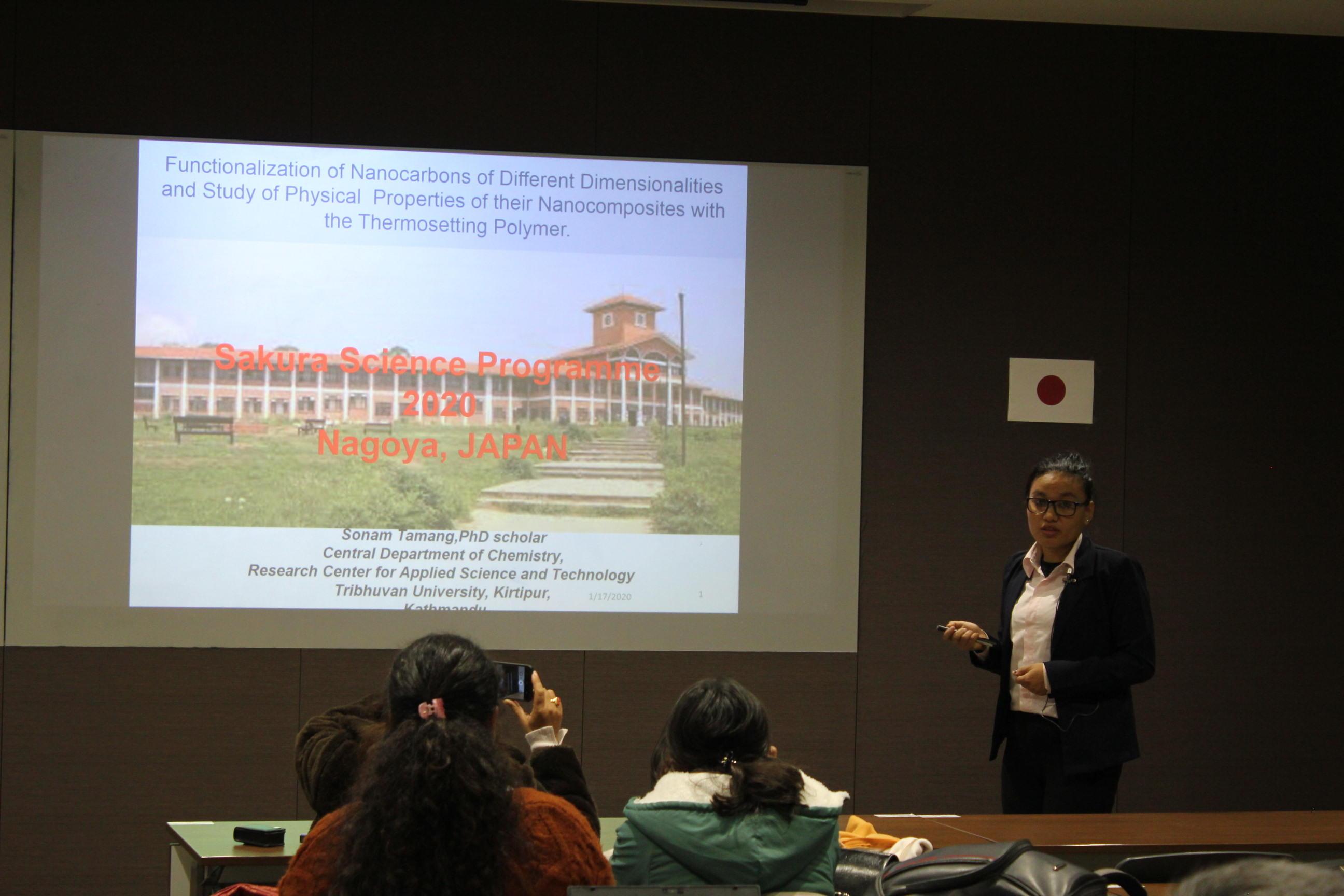 1月17日の成果発表会でプレゼンするトリブバン大学関係者