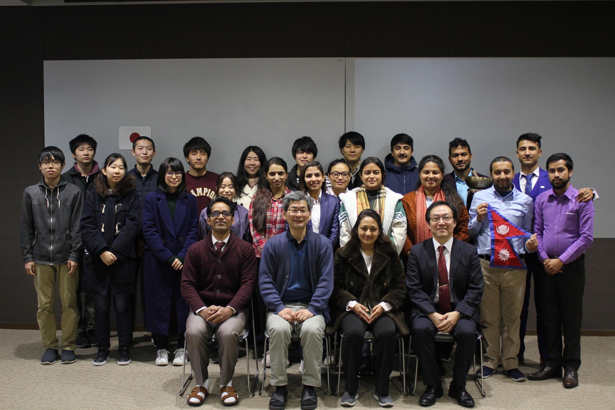 プログラムを終えて記念写真に納まる本学とネパールの一行