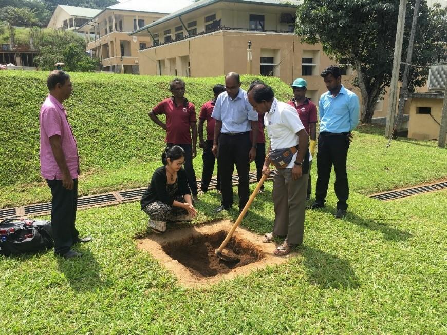 2018年1月2日、大学構内で定植場所の選定、定植に関する指導をするクマーラ教授(中央手前)