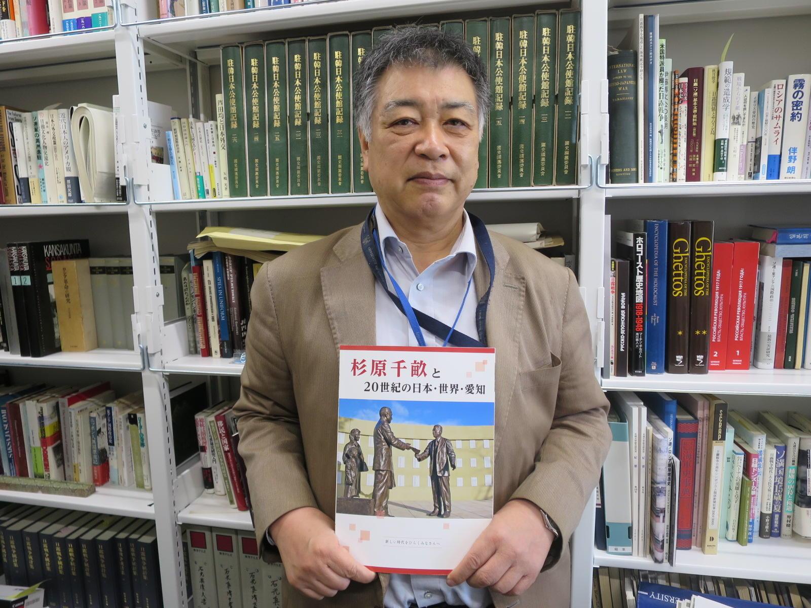 出来上がった副読本を手にする稲葉千晴教授