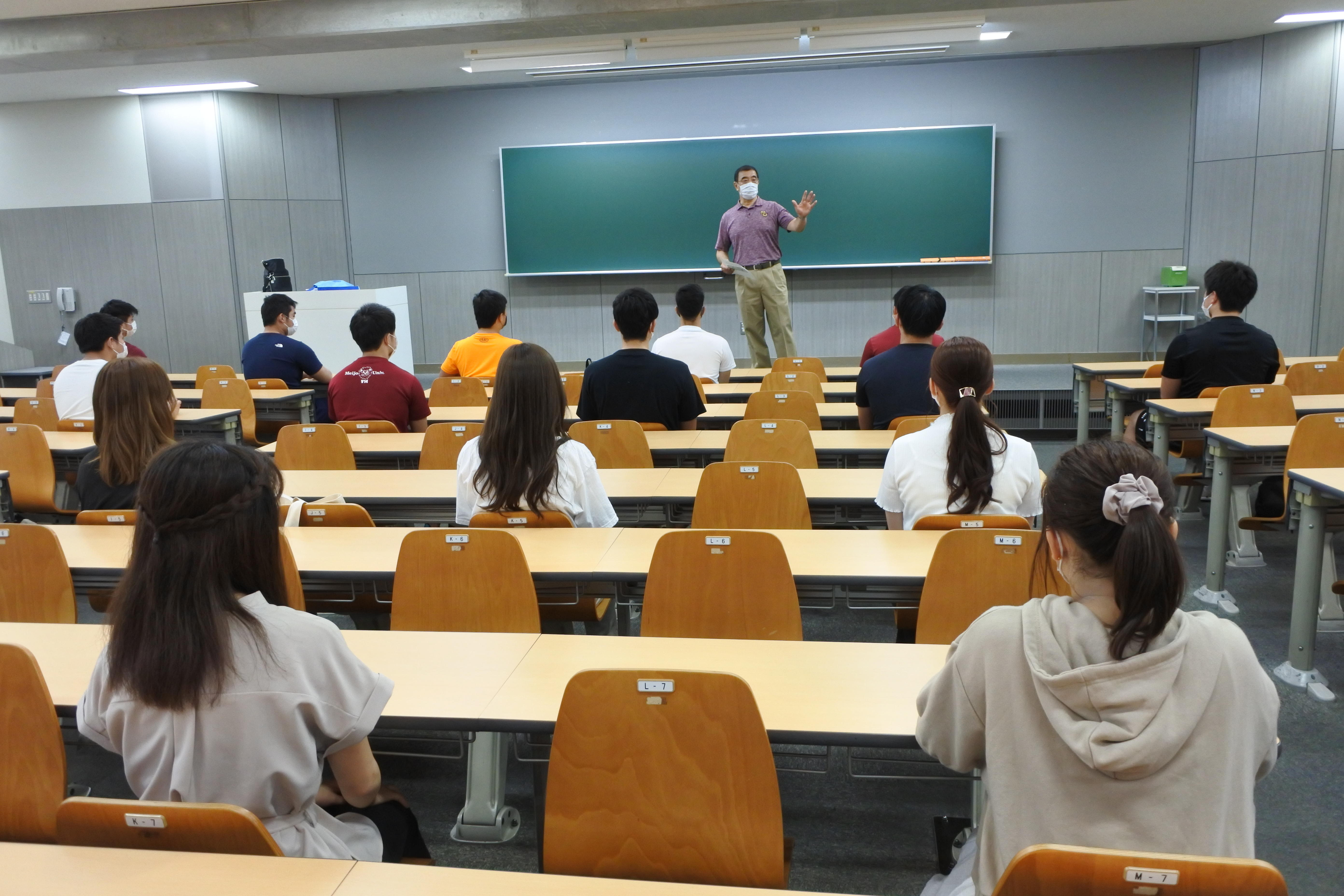 経営学部の新入生を迎えた槇野均教授の授業(基礎ゼミナール)は共通講義棟南の大教室で20人が間隔を開けて受講