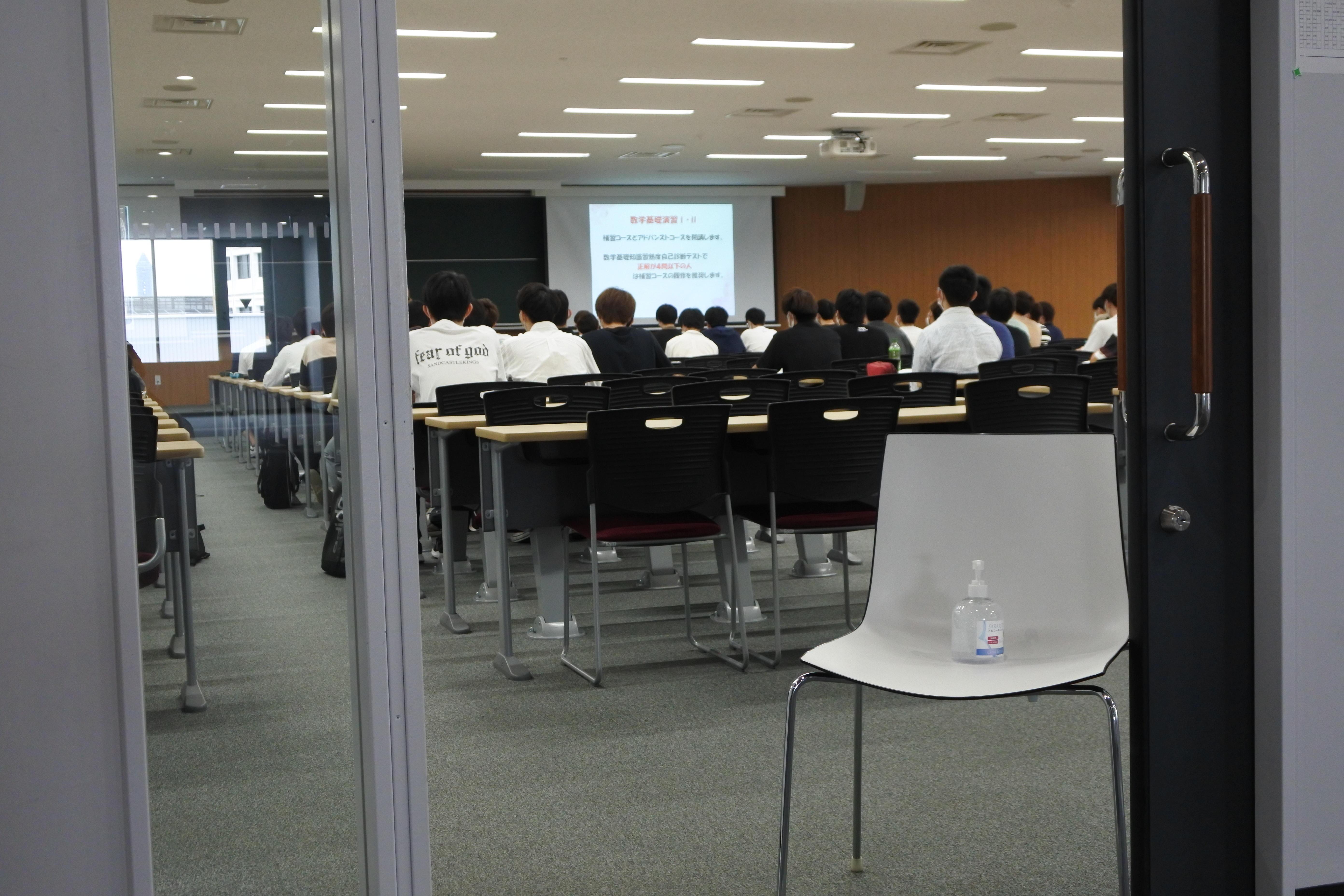 理工学部交通機械工学科の新入生オリエンテーションが開かれた共通講義棟東H701講義室の出入り口前には消毒液を設置