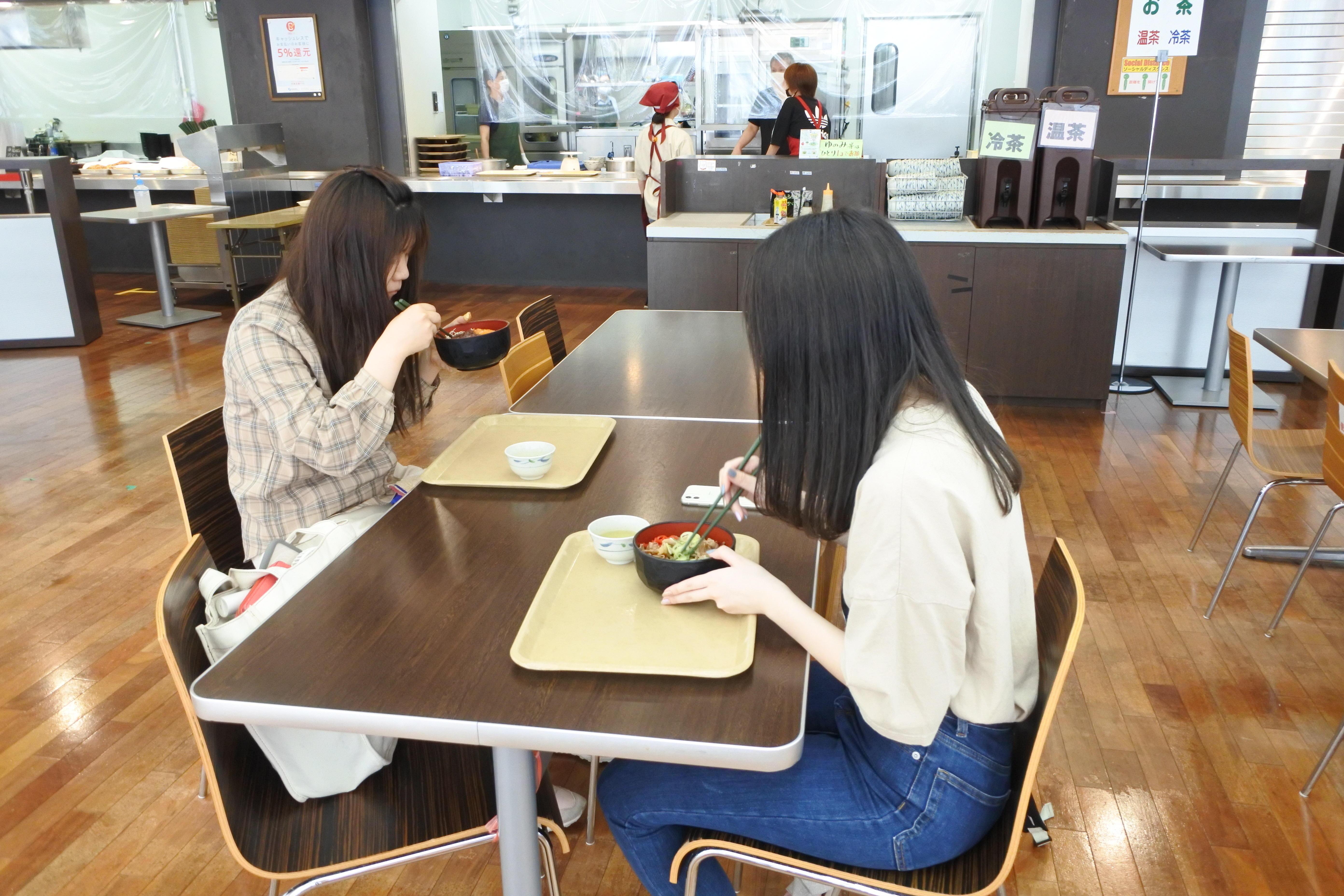 共通講義棟北地下の名城食堂は利用者が正対しないような椅子配置