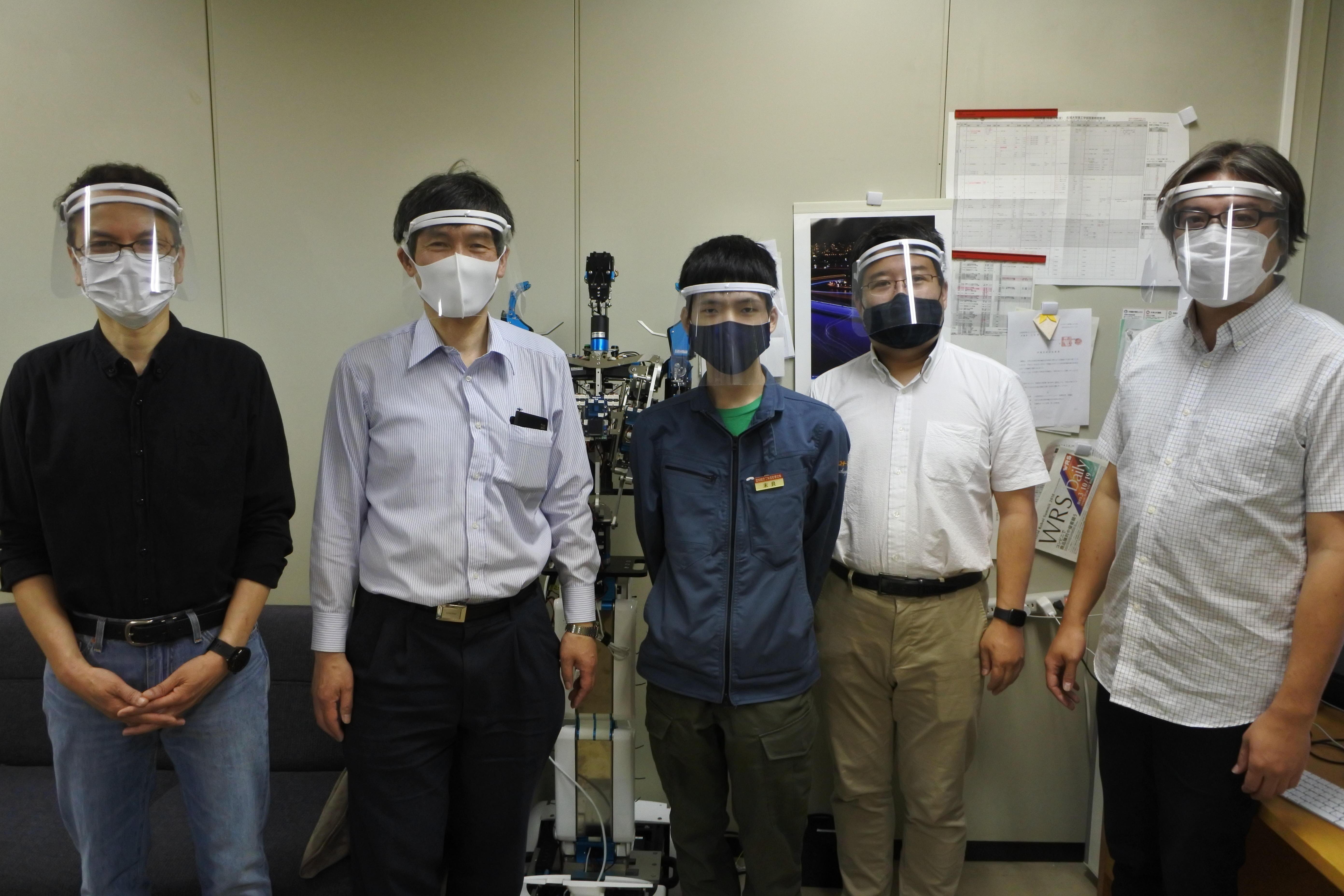 メカトロニクス工学科への寄贈。(左から)楊教授、井上教授、末良さん、大原教授、芦澤准教授