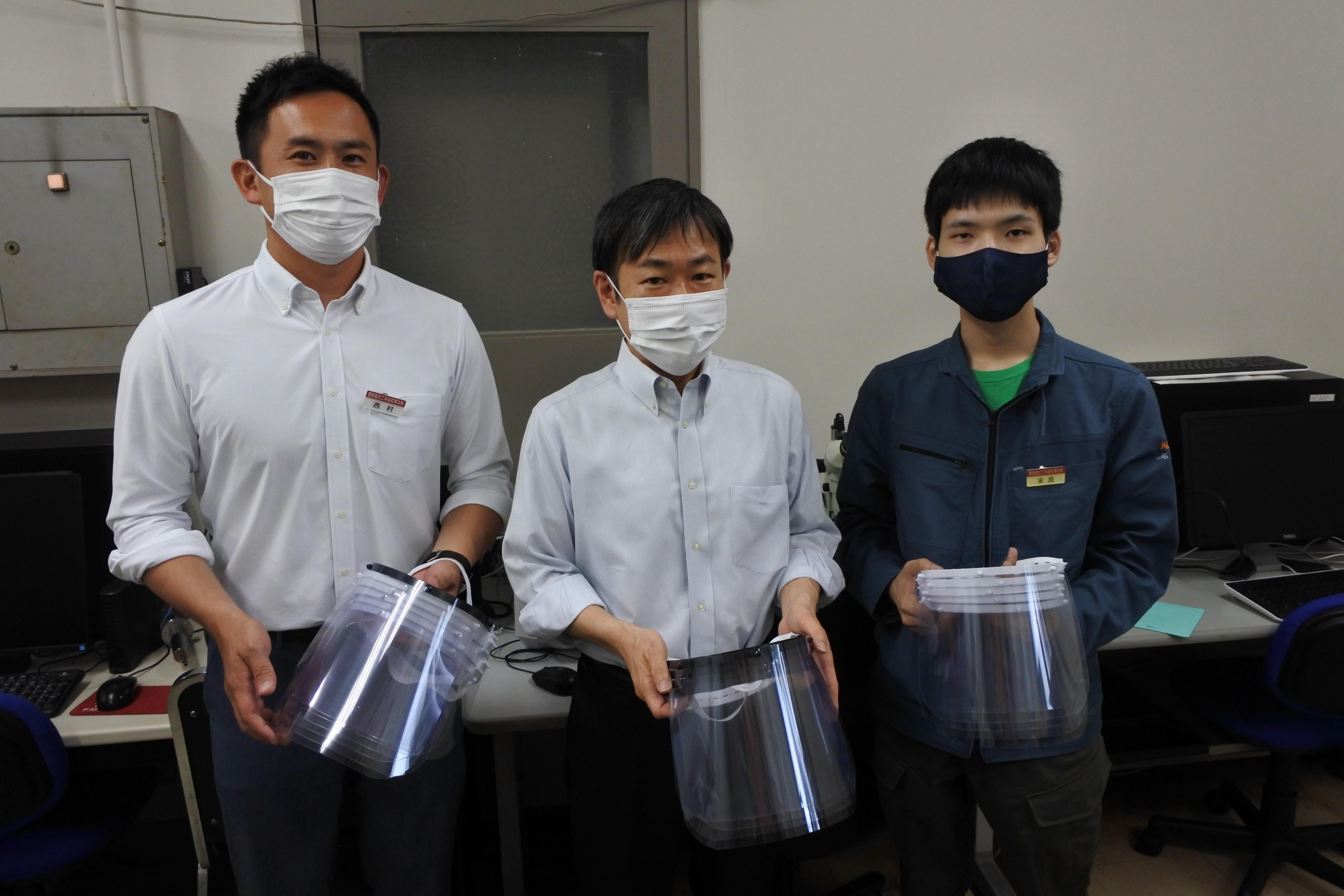 機械工学科への寄贈。(左から)西村さん、久保教授、末良さん