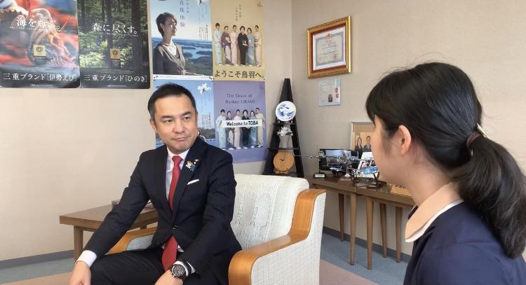 鈴木知事にインタビューする三輪さん