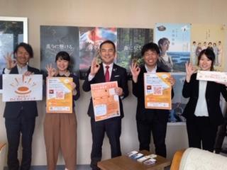 鈴木英敬三重県知事(中央)と記念写真に納まる三輪さん(左から2人目)