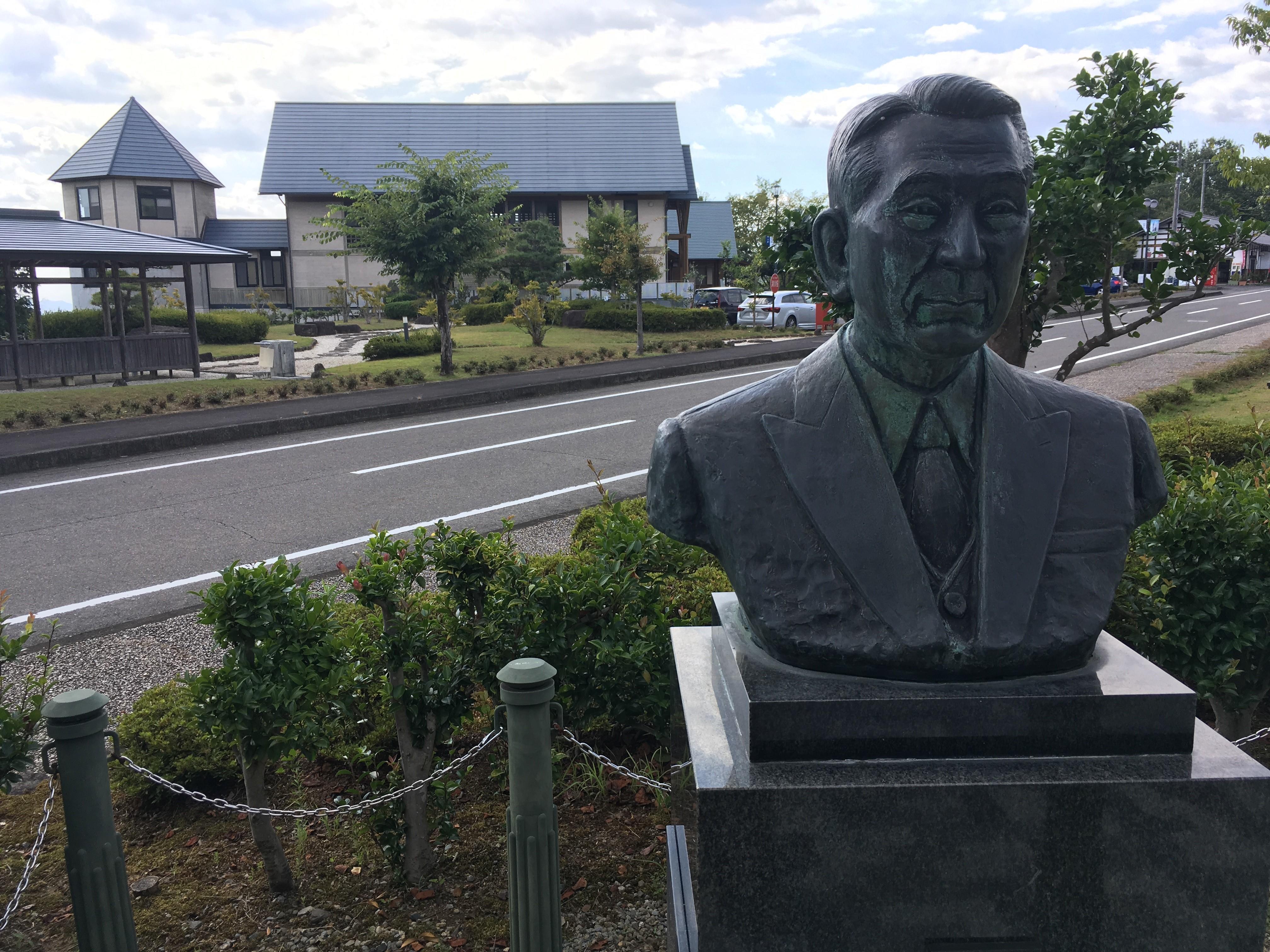 岐阜県八百津町生まれの杉原の胸像と同町杉原千畝記念館