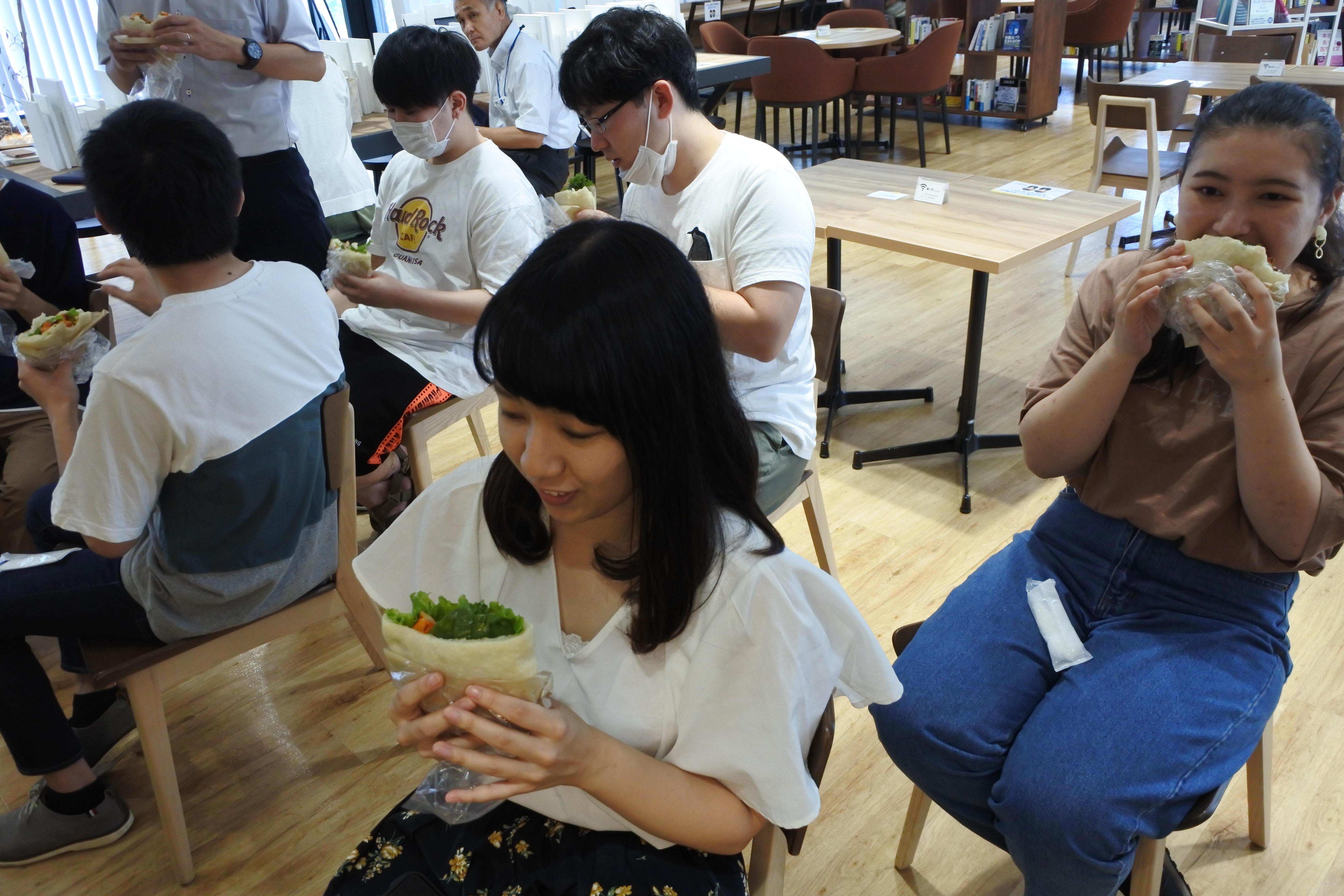 ピタパンサンド「エスニックサボーレ」を試食する学生たち