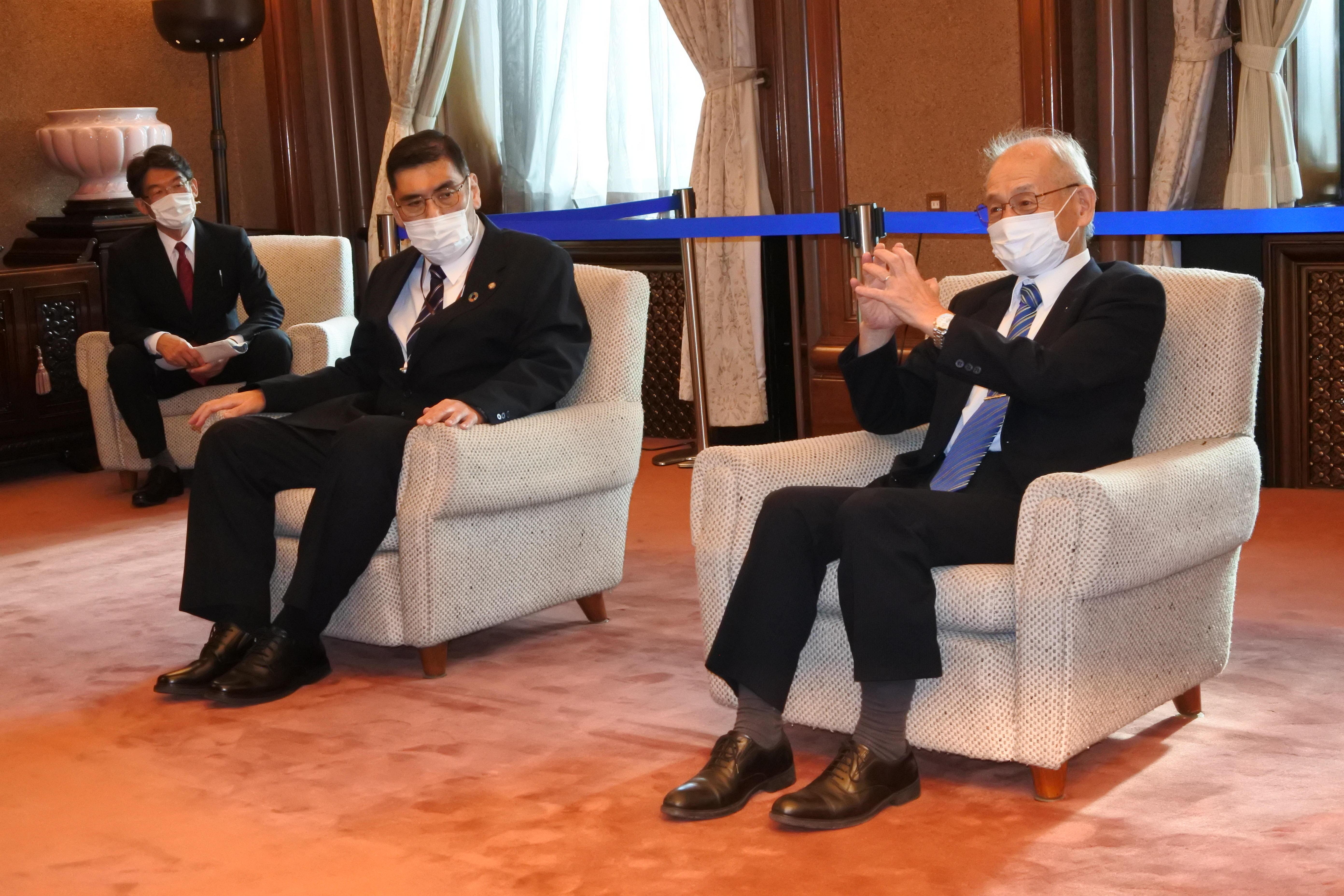 河村市長と懇談する吉野教授と、小原章裕学長(中央)、矢野幾也事務局次長