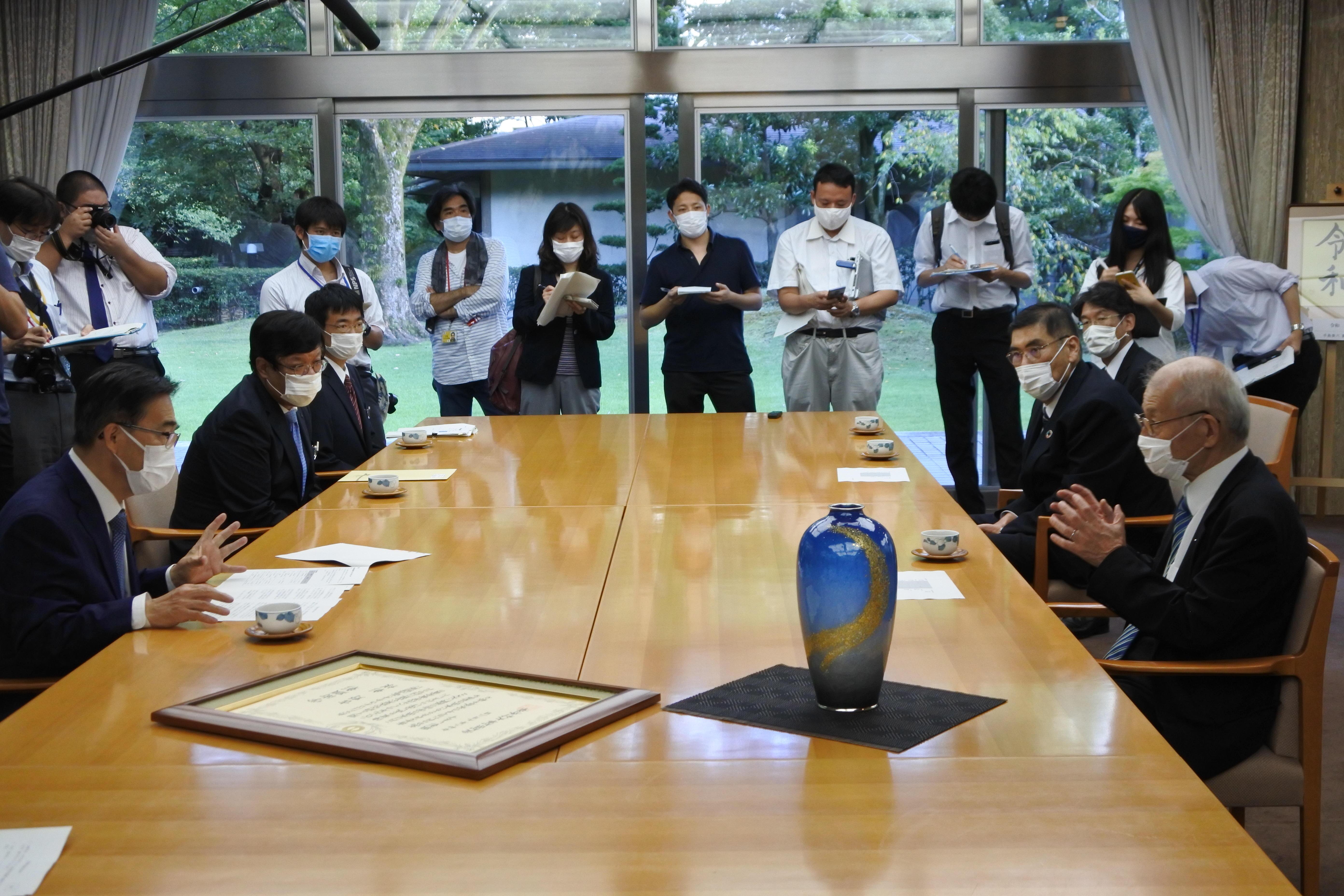 大村知事と懇談する吉野教授
