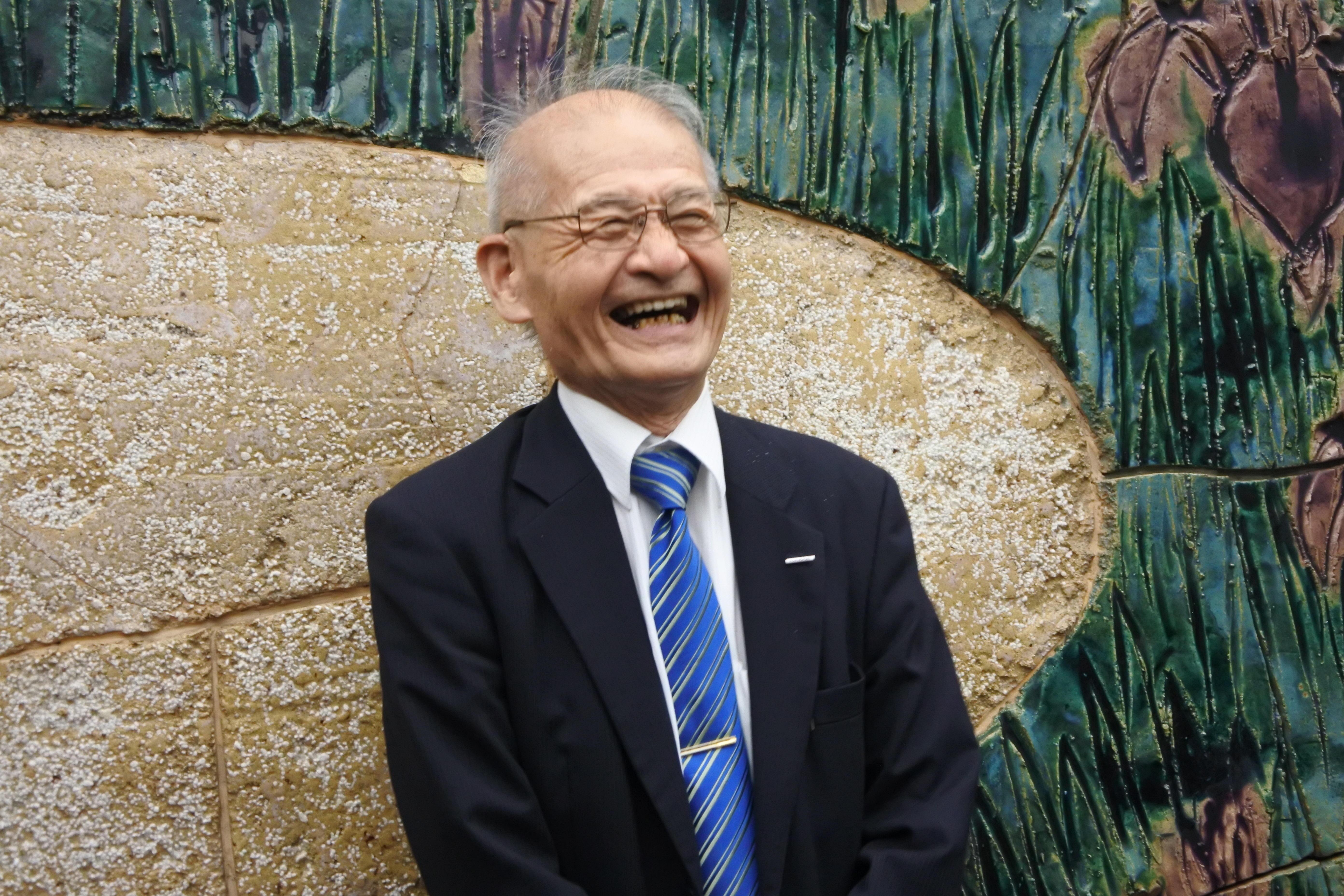 愛知県学術顕彰受賞後、笑顔でマスコミのインタビューに答える吉野彰教授