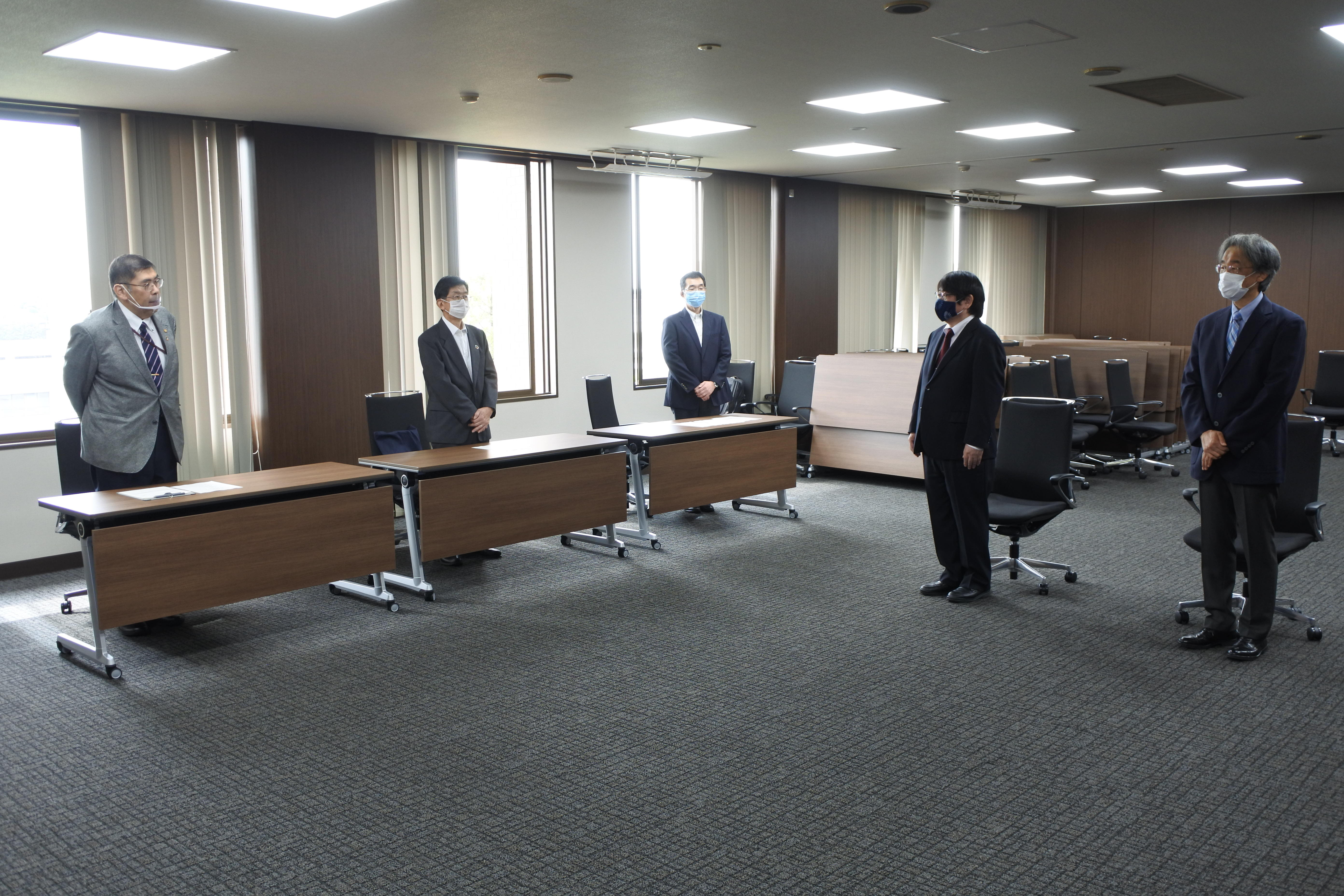 伝達式であいさつする小原章裕学長(左端)