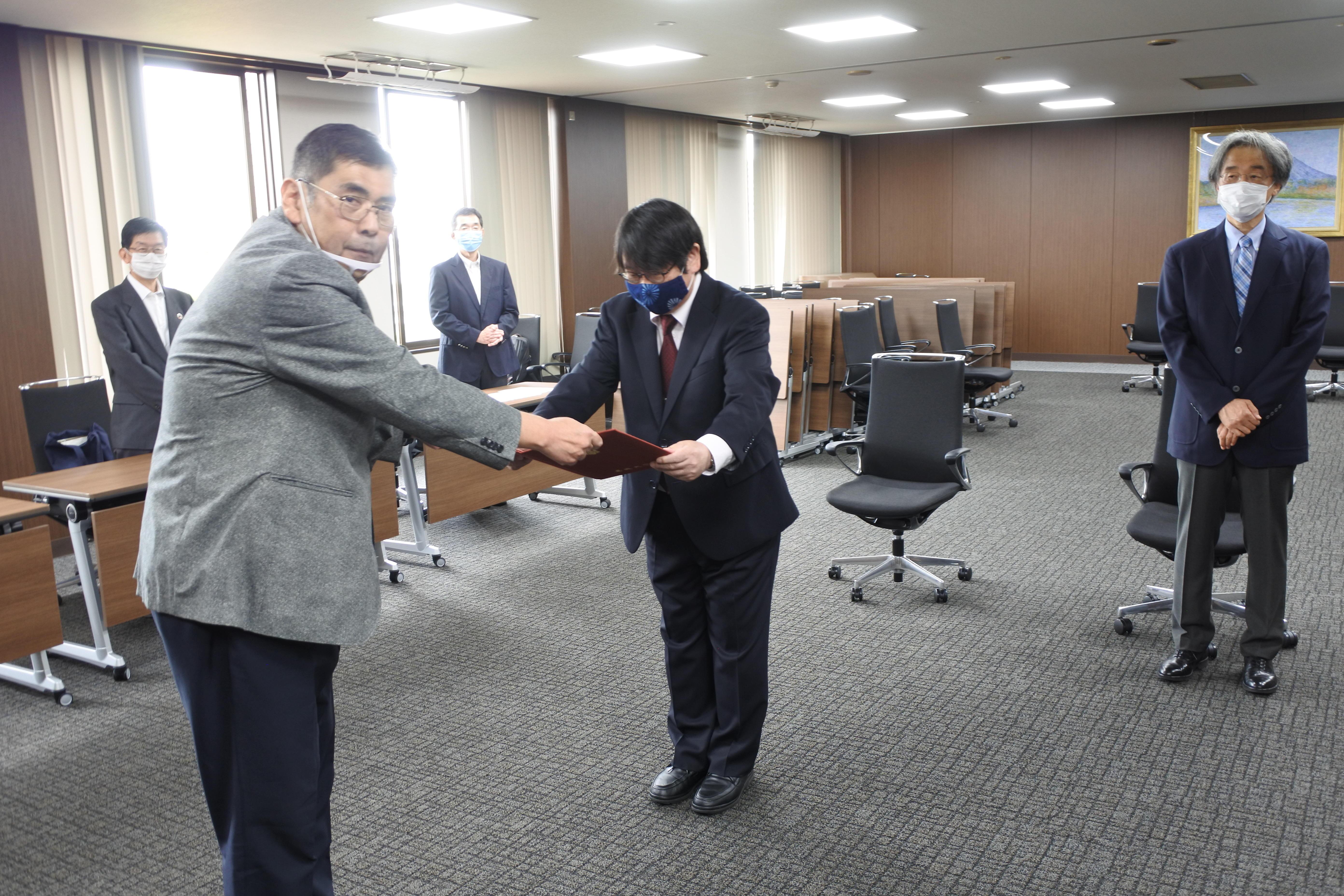 伝達書を受ける神野透人教授(中央)