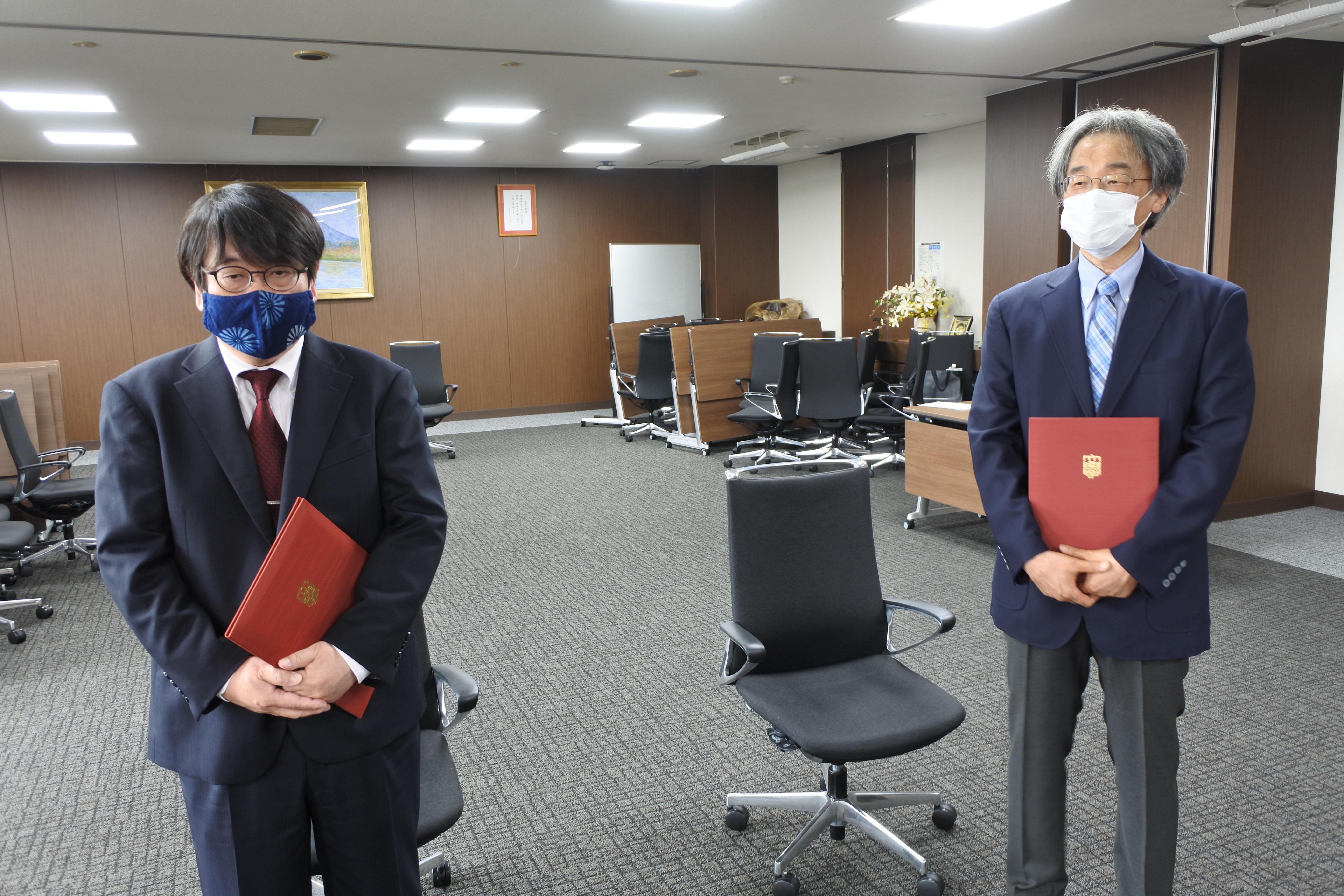 抱負を述べる打矢惠一教授(右)