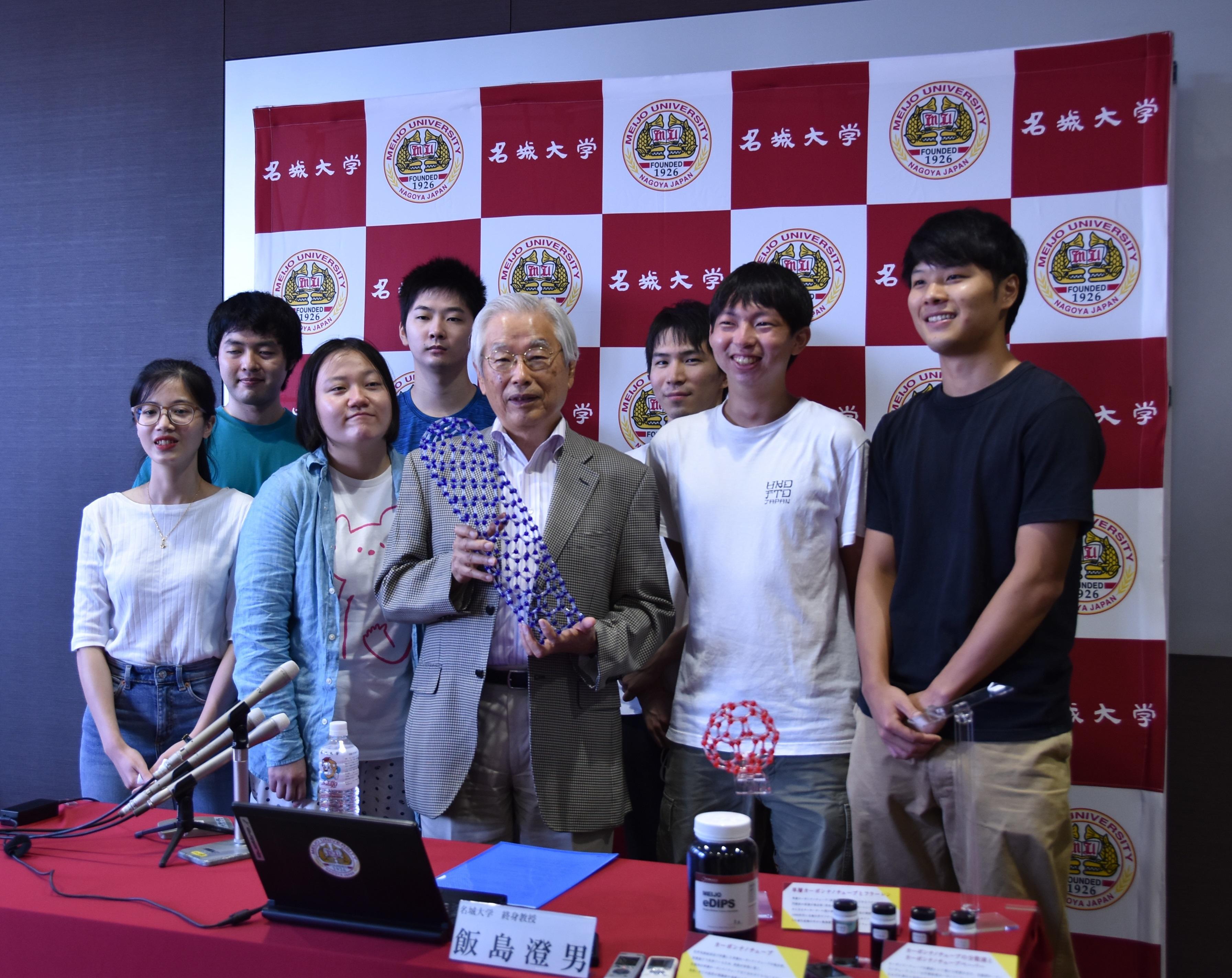 講義を受けた大学院生に囲まれる飯島澄男終身教授