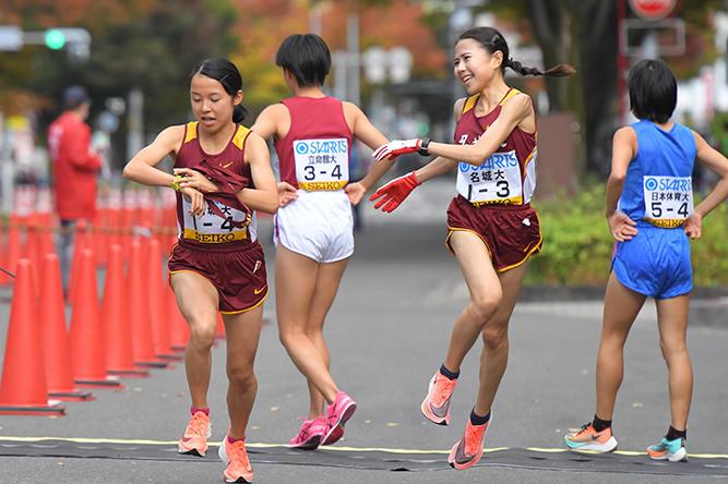 最高の走りで4区増渕選手(左)につないだ3区小林選手(右)