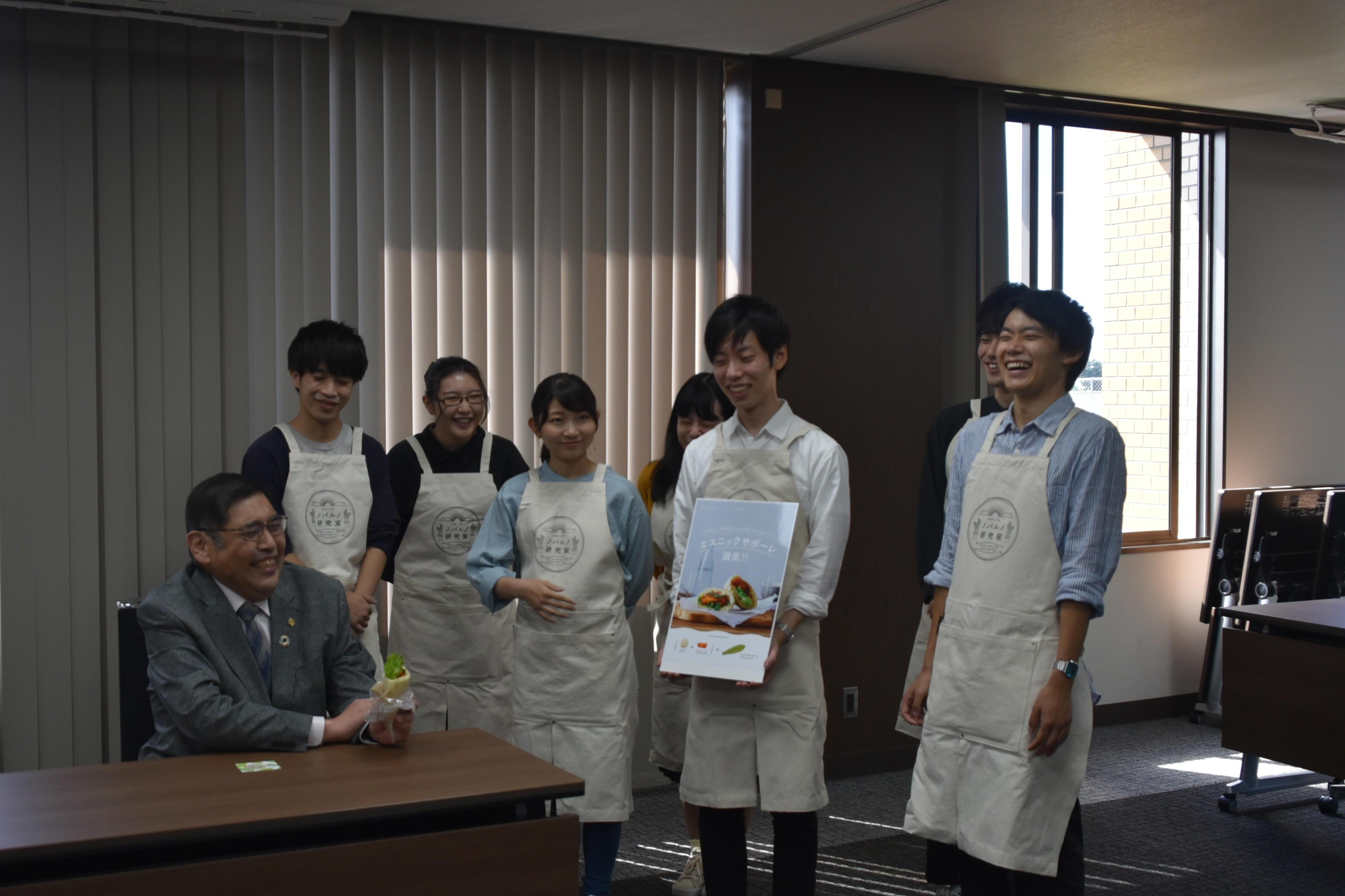 学長と学生の写真