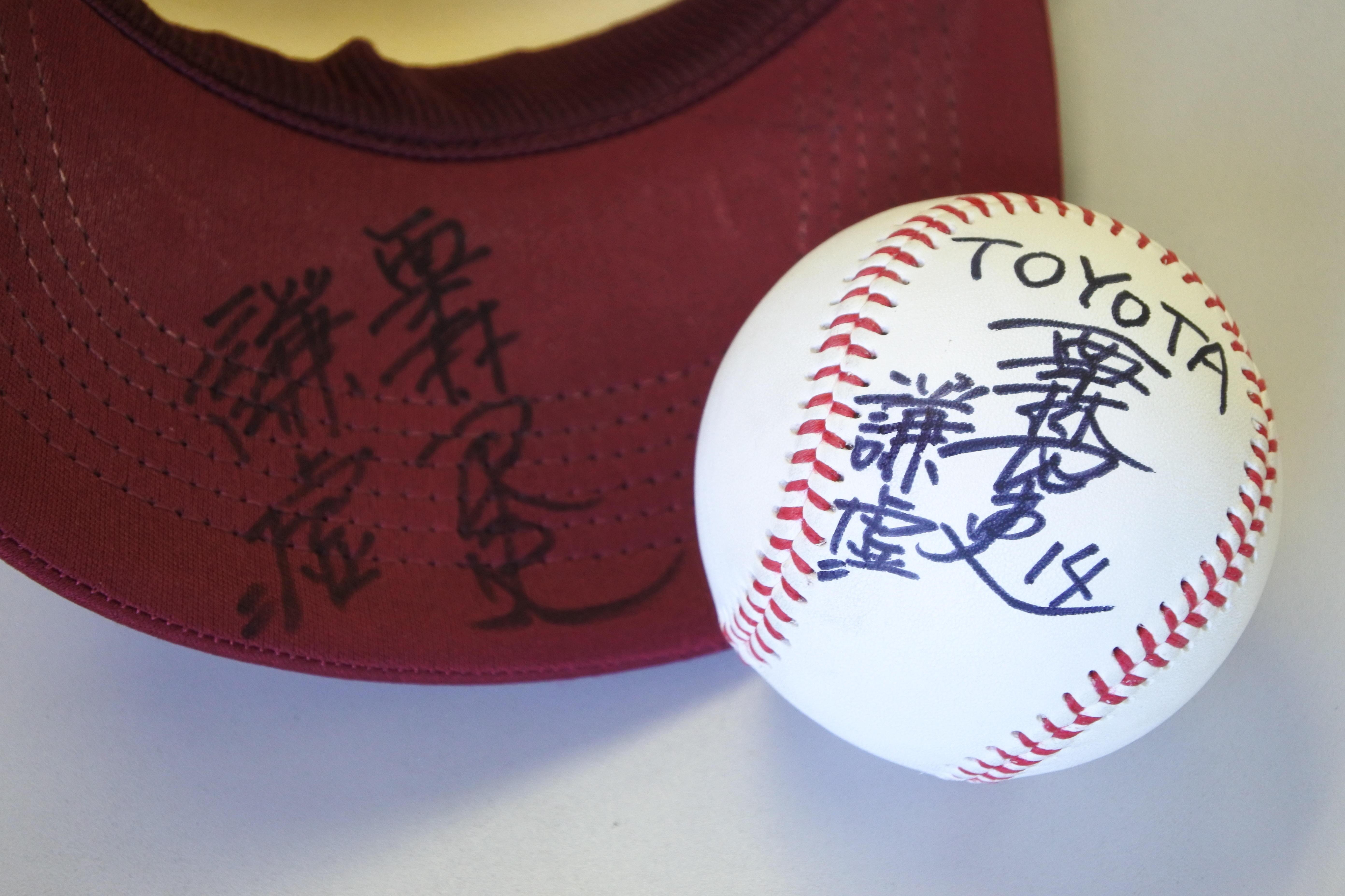 大学4年だった2018年に書いた「謙虚」のサイン(左)と今回のサインボール(右)