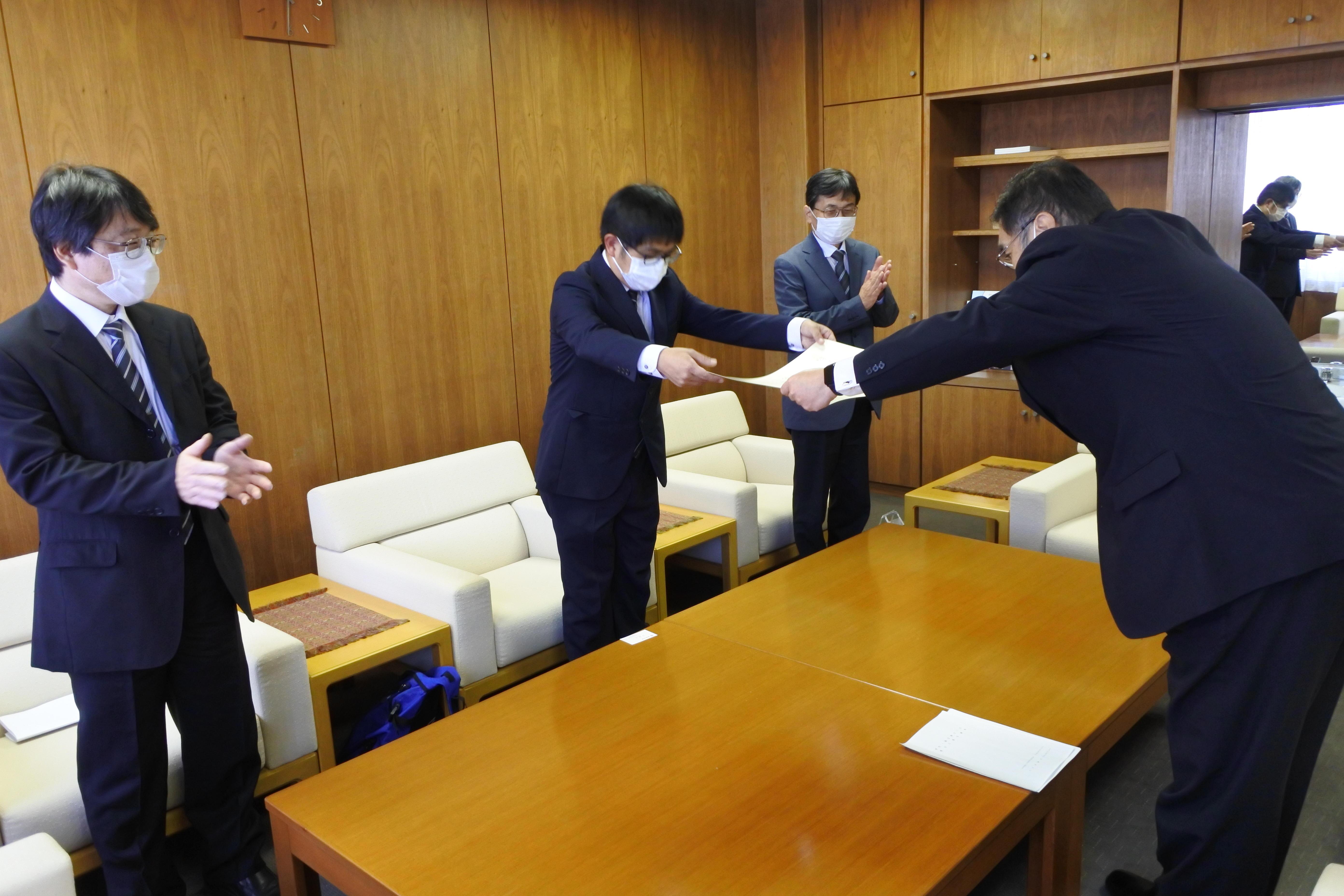 小原学長(右)から学位記を受け取る桑原さん