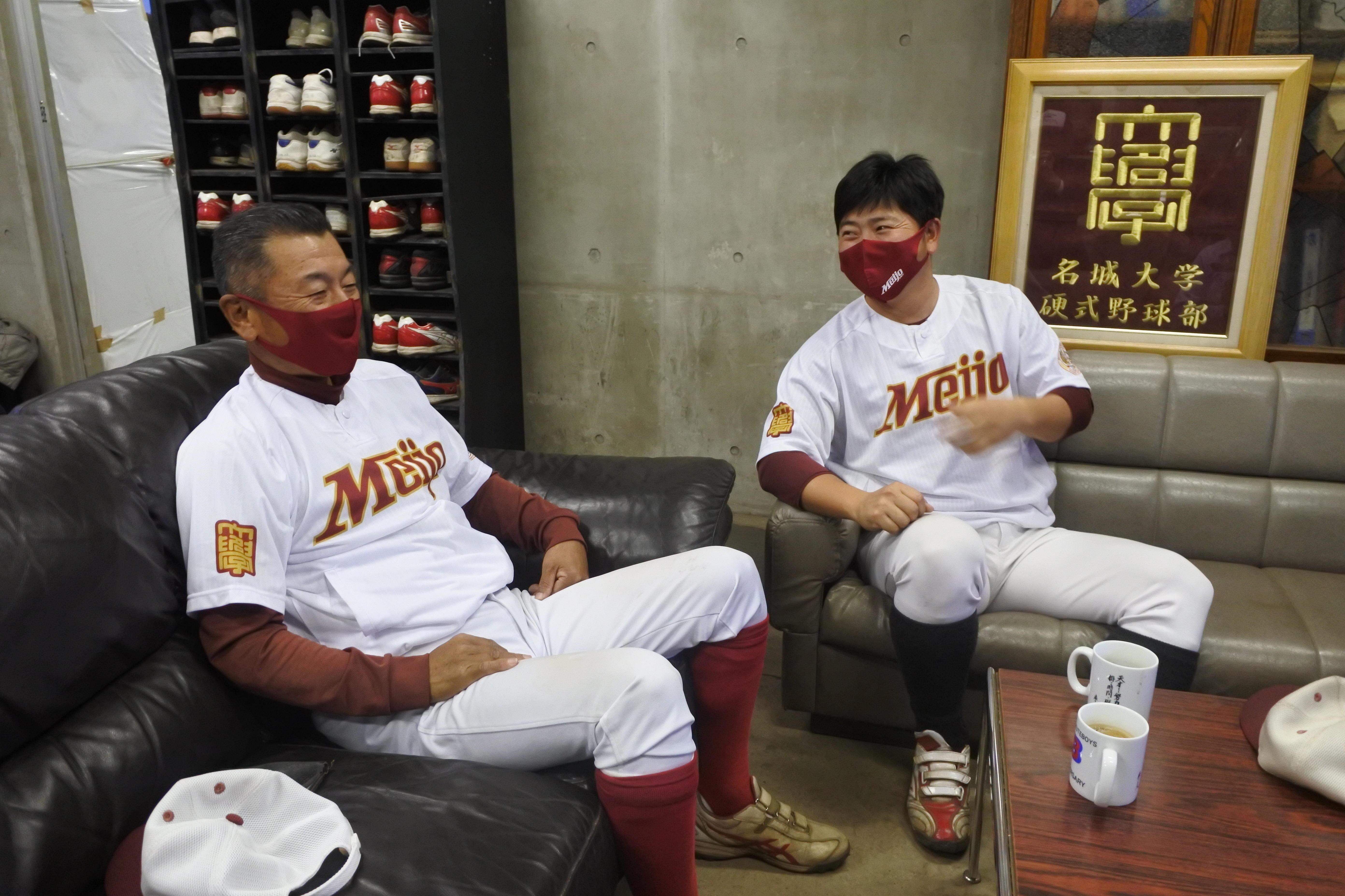 喜ぶ安江監督(左)と山内コーチ