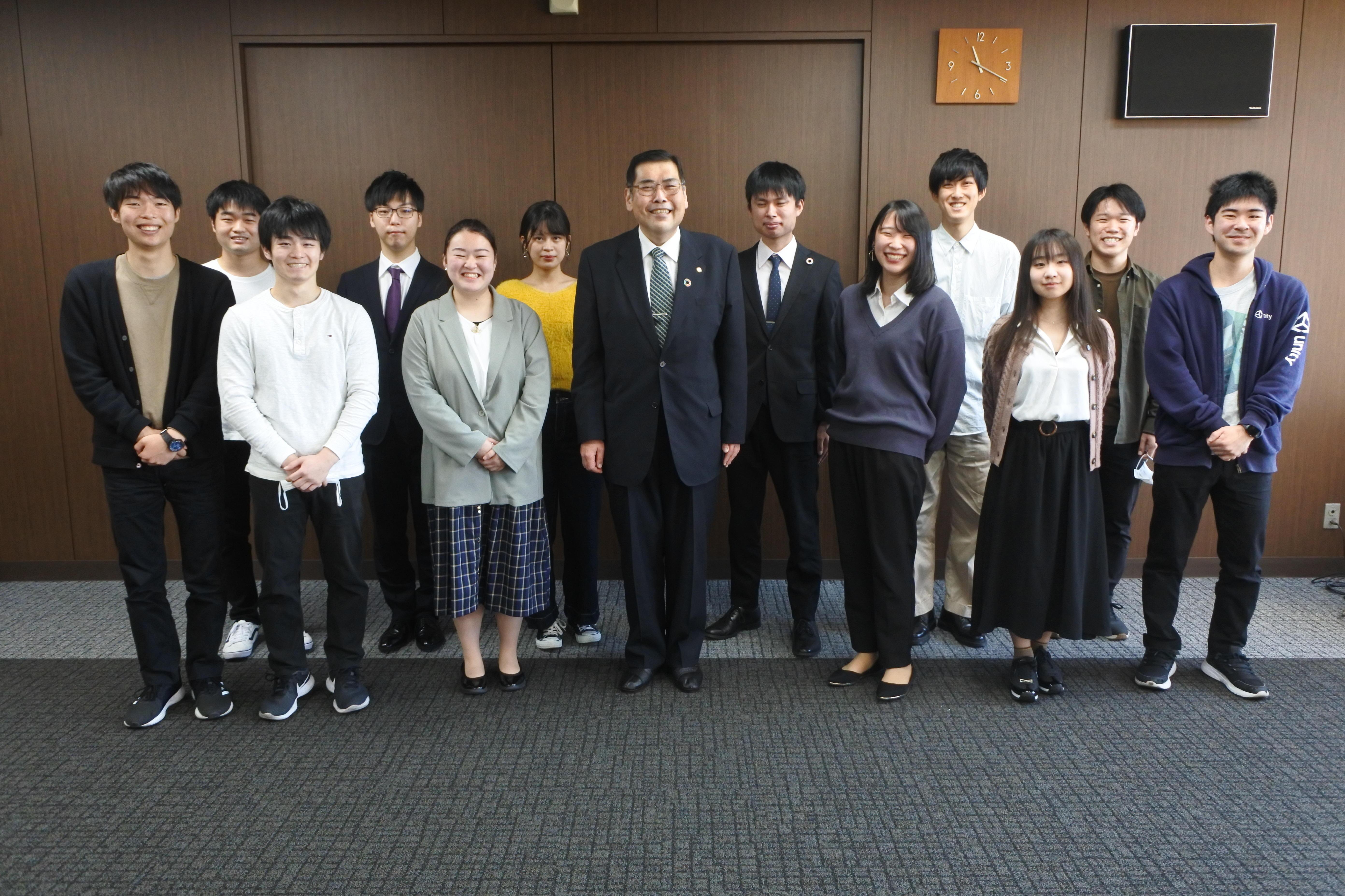 座談会の後、学生たちと記念撮影する小原章裕学長(中央)