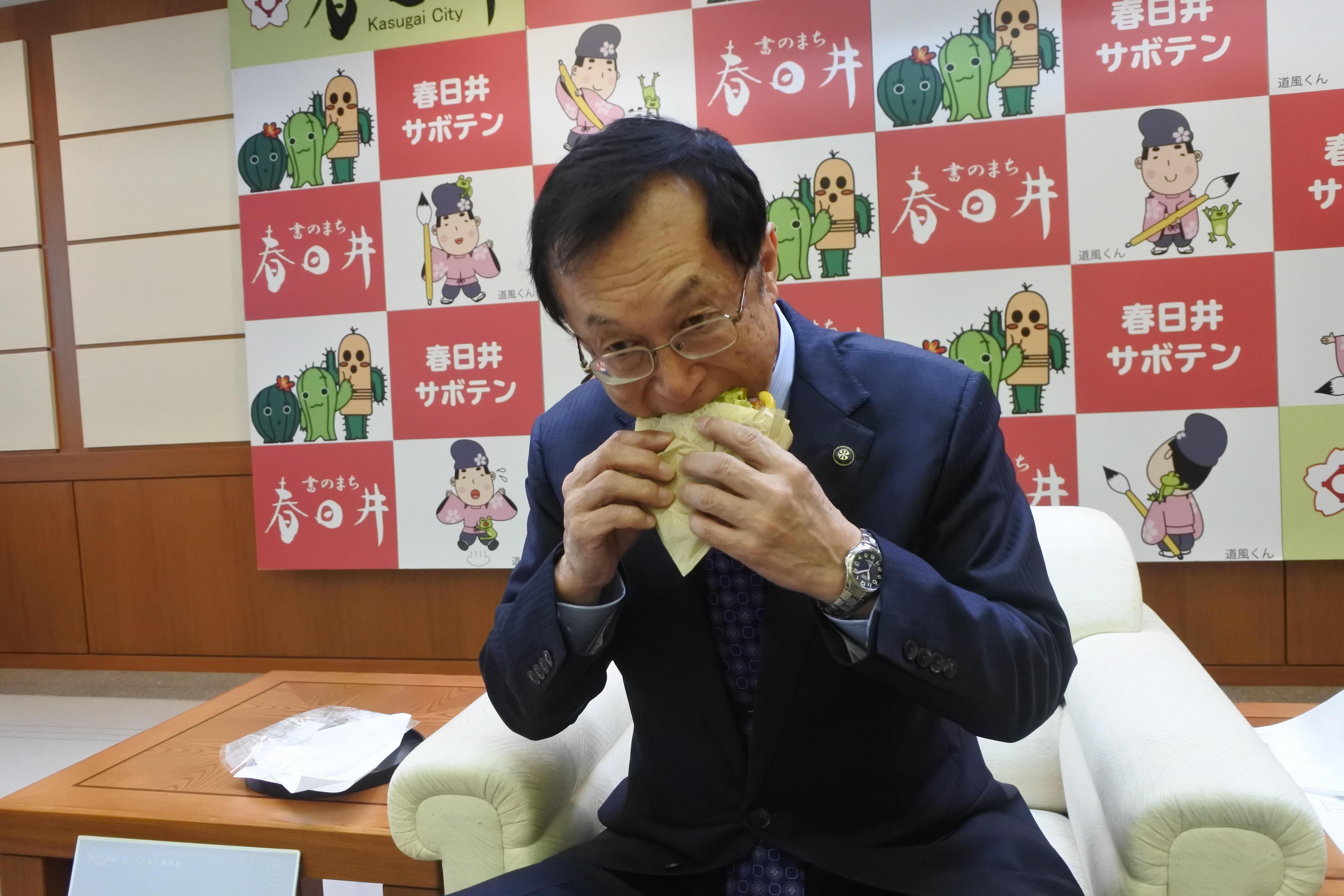 試食する伊藤市長