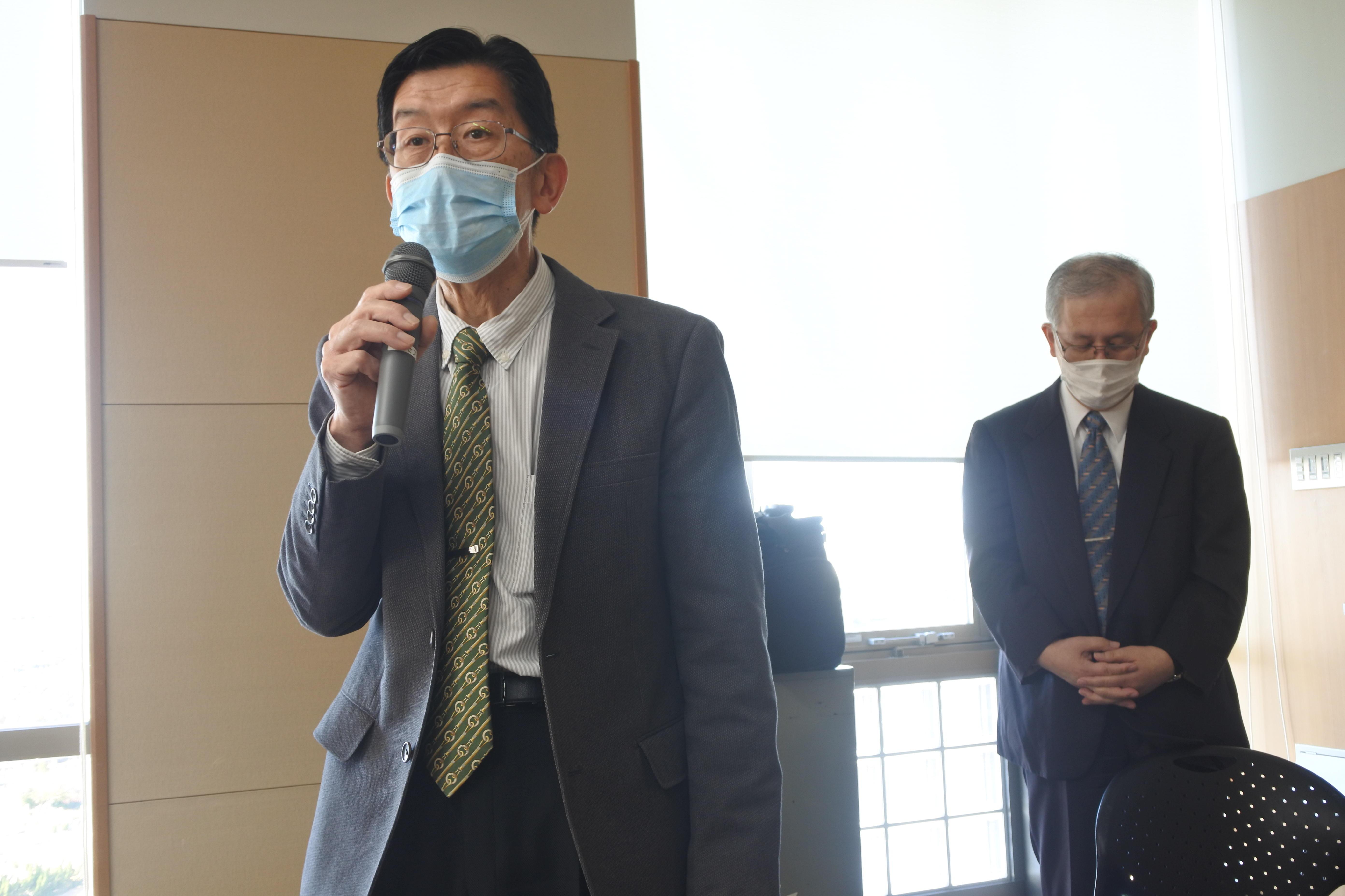 開会あいさつをする平松正行副学長(左)