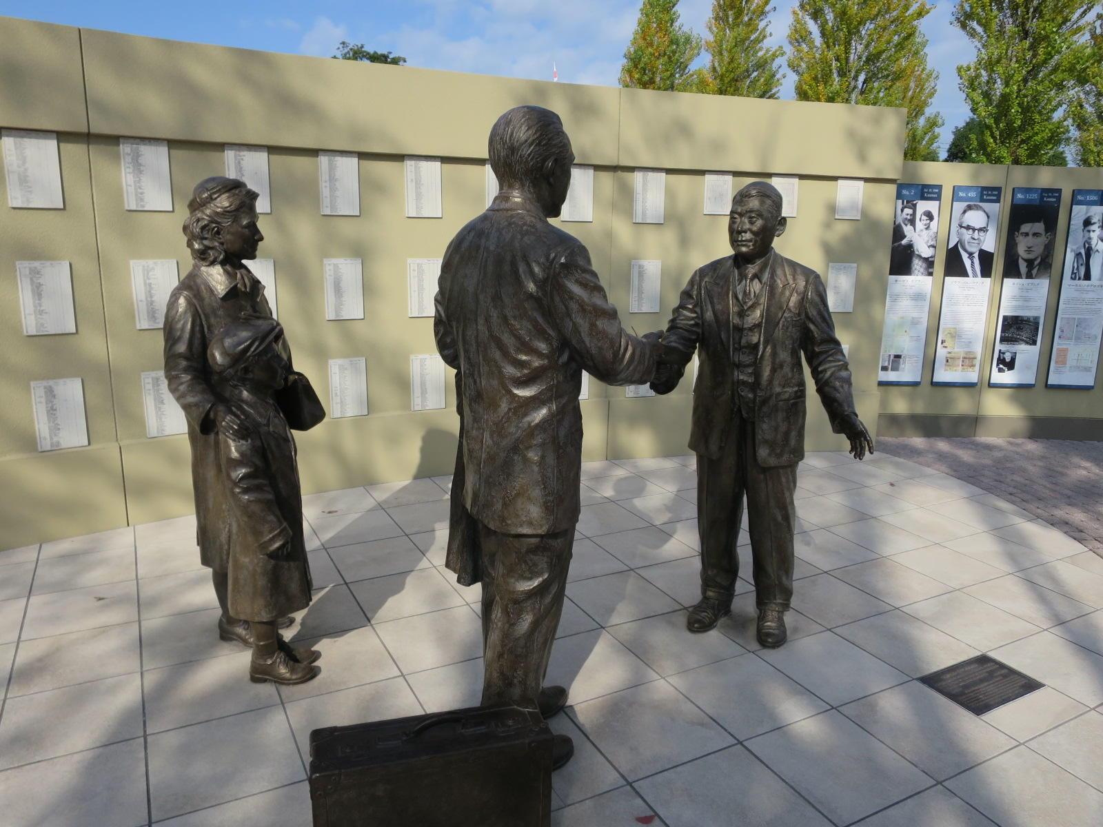 杉原の母校、名古屋市の旧制第五中学校(現愛知県立瑞陵高校)前に愛知県が整備した「杉原千畝広場 センポ・スギハラ・メモリアル」
