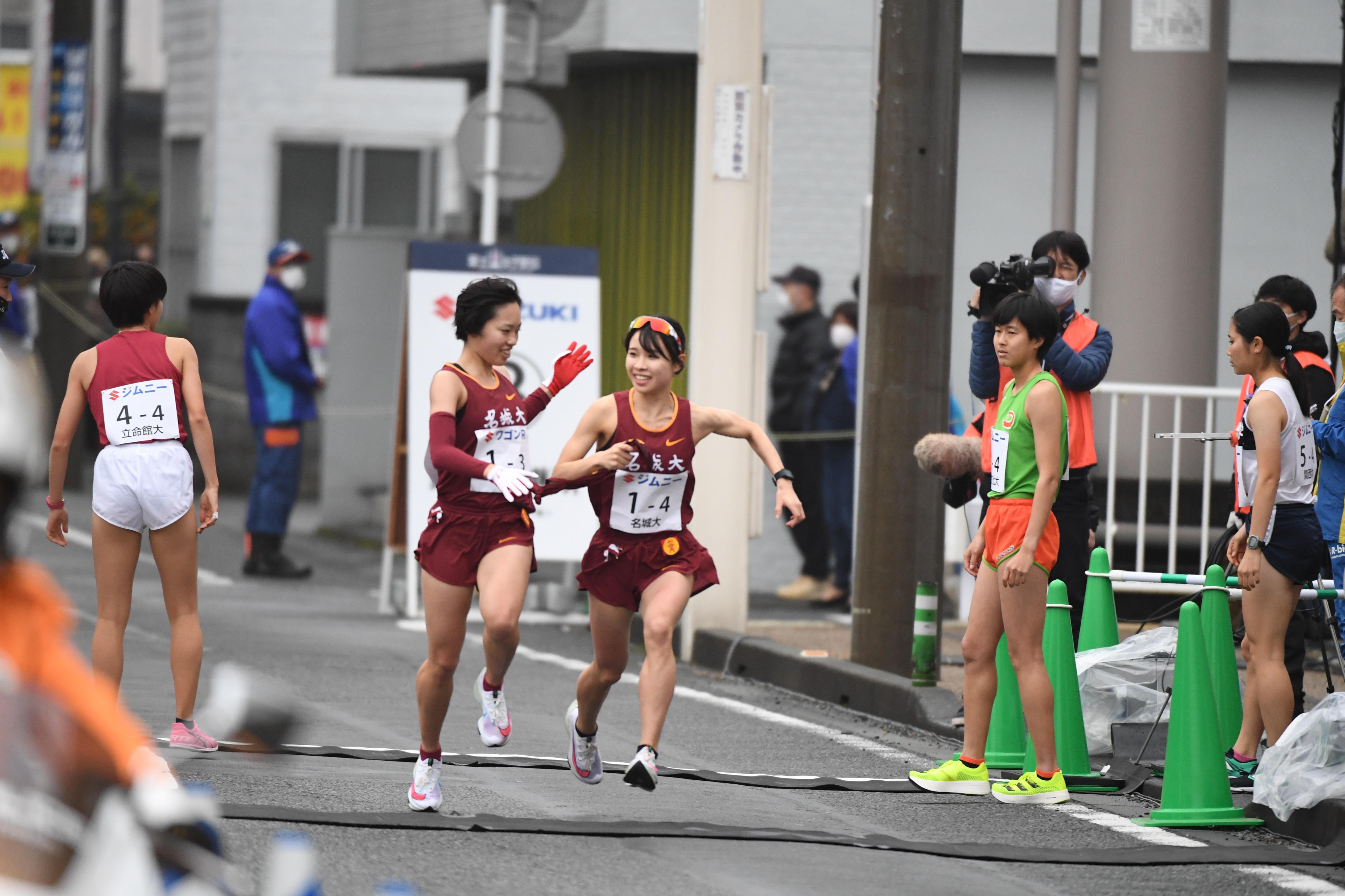地元静岡出身の鴨志田選手からたすきを受ける山本選手